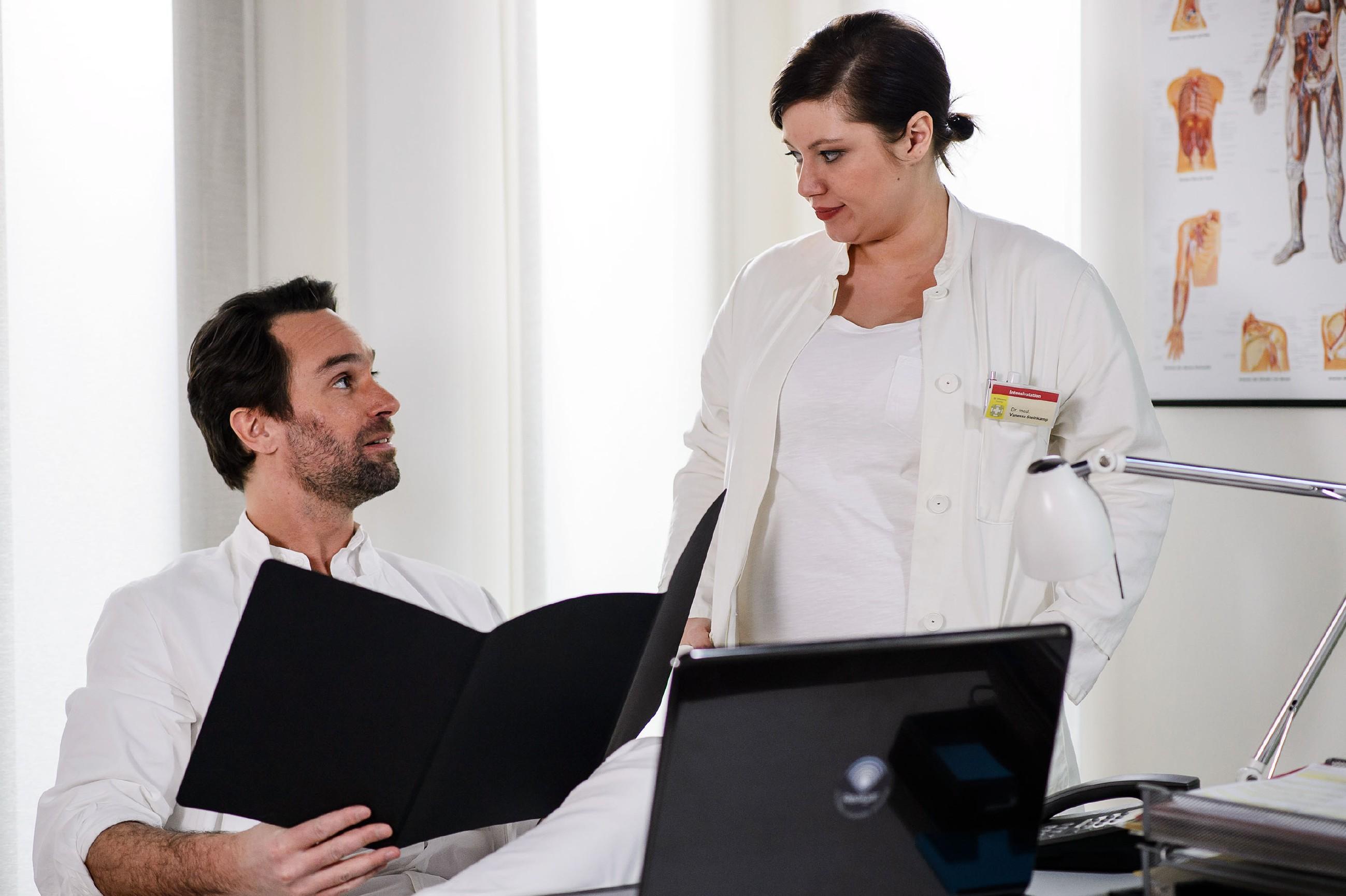 Vanessa (Julia Augustin) verschweigt Thomas (Daniel Brockhaus) ihren vagen Schwangerschaftsverdacht, um ihre Karrierechancen nicht zu riskieren. (Quelle: RTL / Willi Weber)