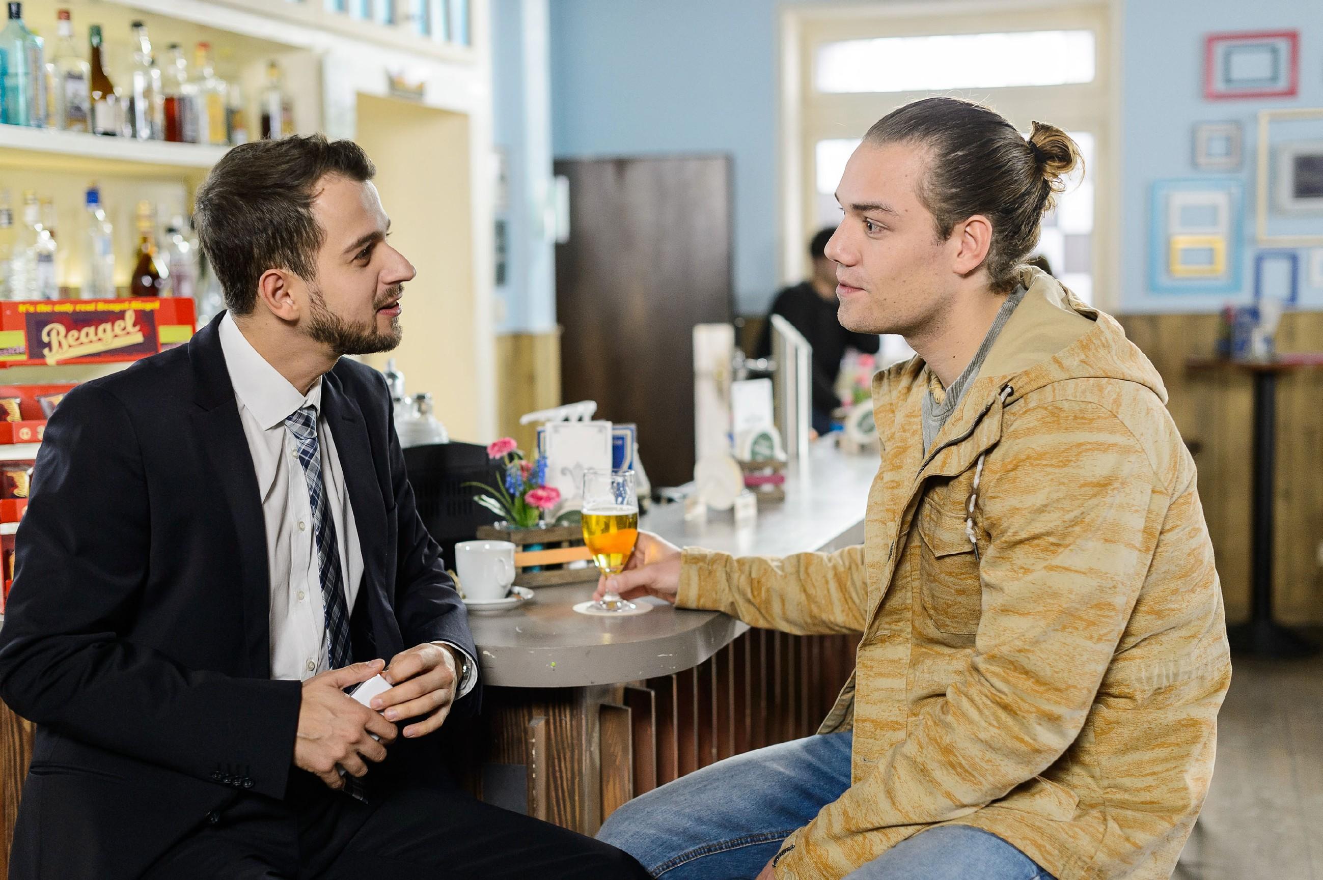 Leo (Julian Bayer, r.) muss einsehen, dass Tobi (Michael Jassin) mit seiner Behauptung, dass Leo sich eine Fernbeziehung zu Marie nur schön redet, Recht hat. (Quelle: RTL / Willi Weber)