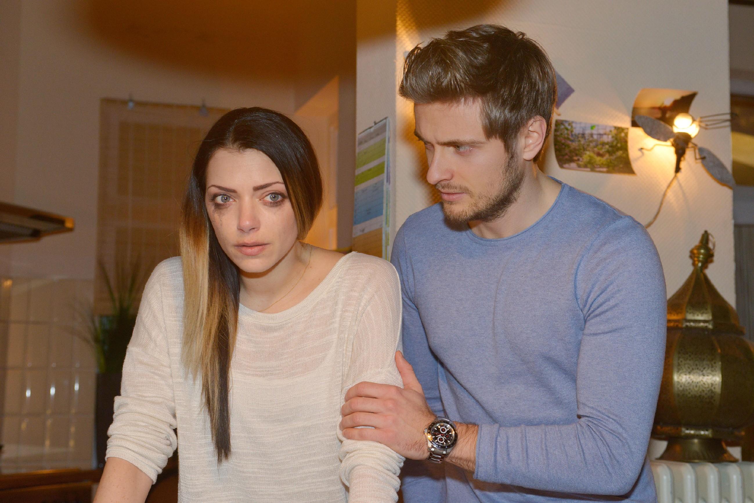 Philip (Jörn Schlönvoigt) versucht Emily (Anne Menden) in ihrer Verzweiflung beizustehen. (Quelle: RTL / Rolf Baumgartner)