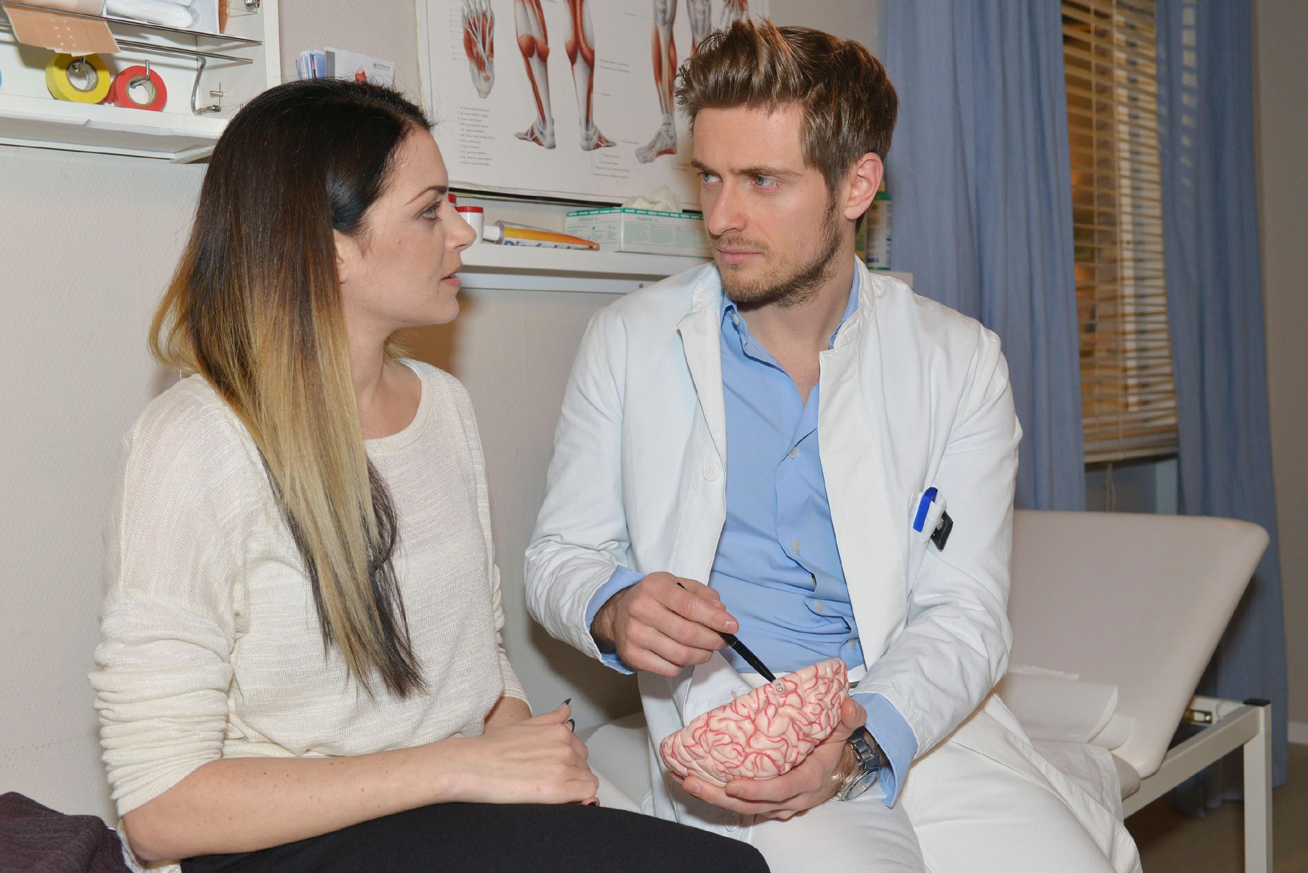 Philip (Jörn Schlönvoigt) macht Emily (Anne Menden) wenig Hoffnung, dass sich Tayfuns Zustand ändert. (Quelle: RTL / Rolf Baumgartner)