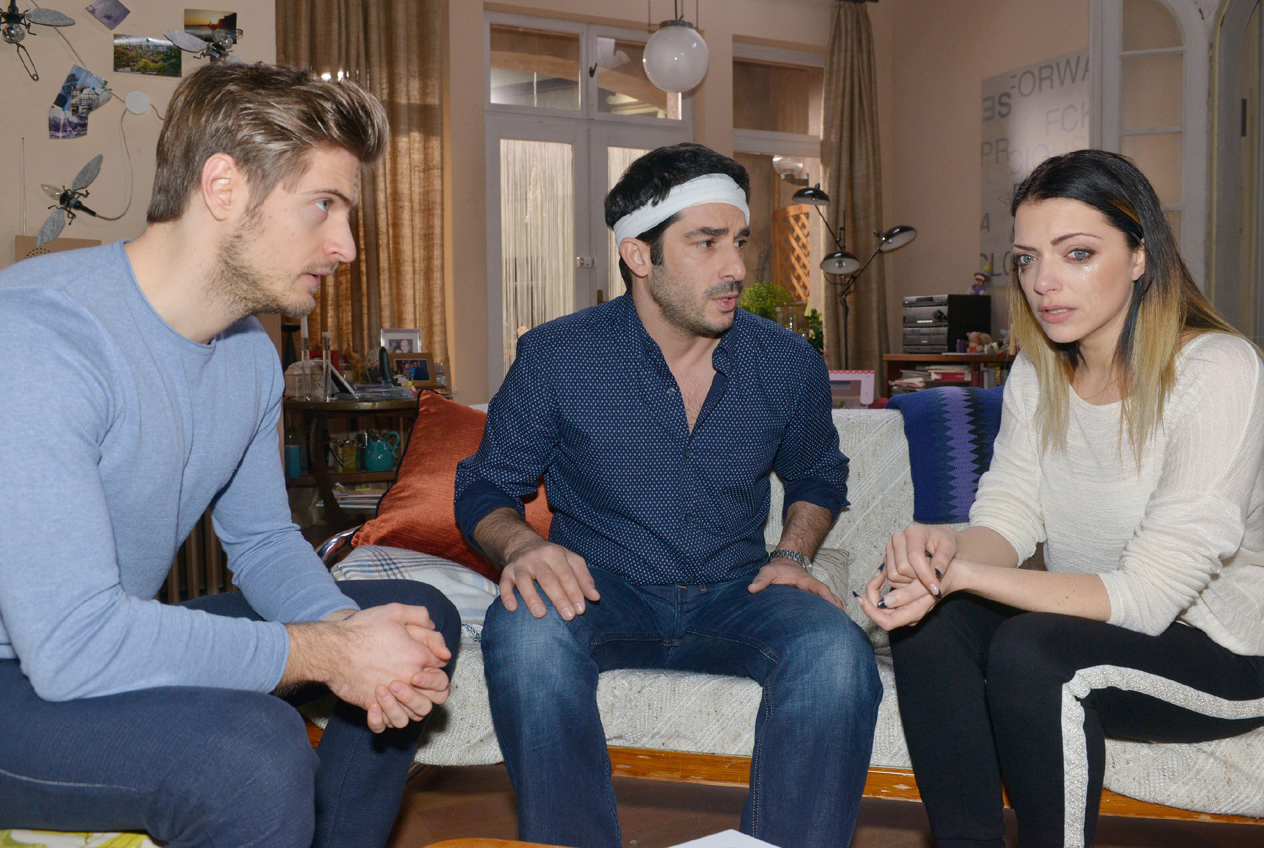 Philip (Jörn Schlönvoigt, l.) erkennt, wie verzweifelt Tayfun (Tayfun Baydar) und Emily (Anne Menden) sind. (Quelle: RTL / Rolf Baumgartner)
