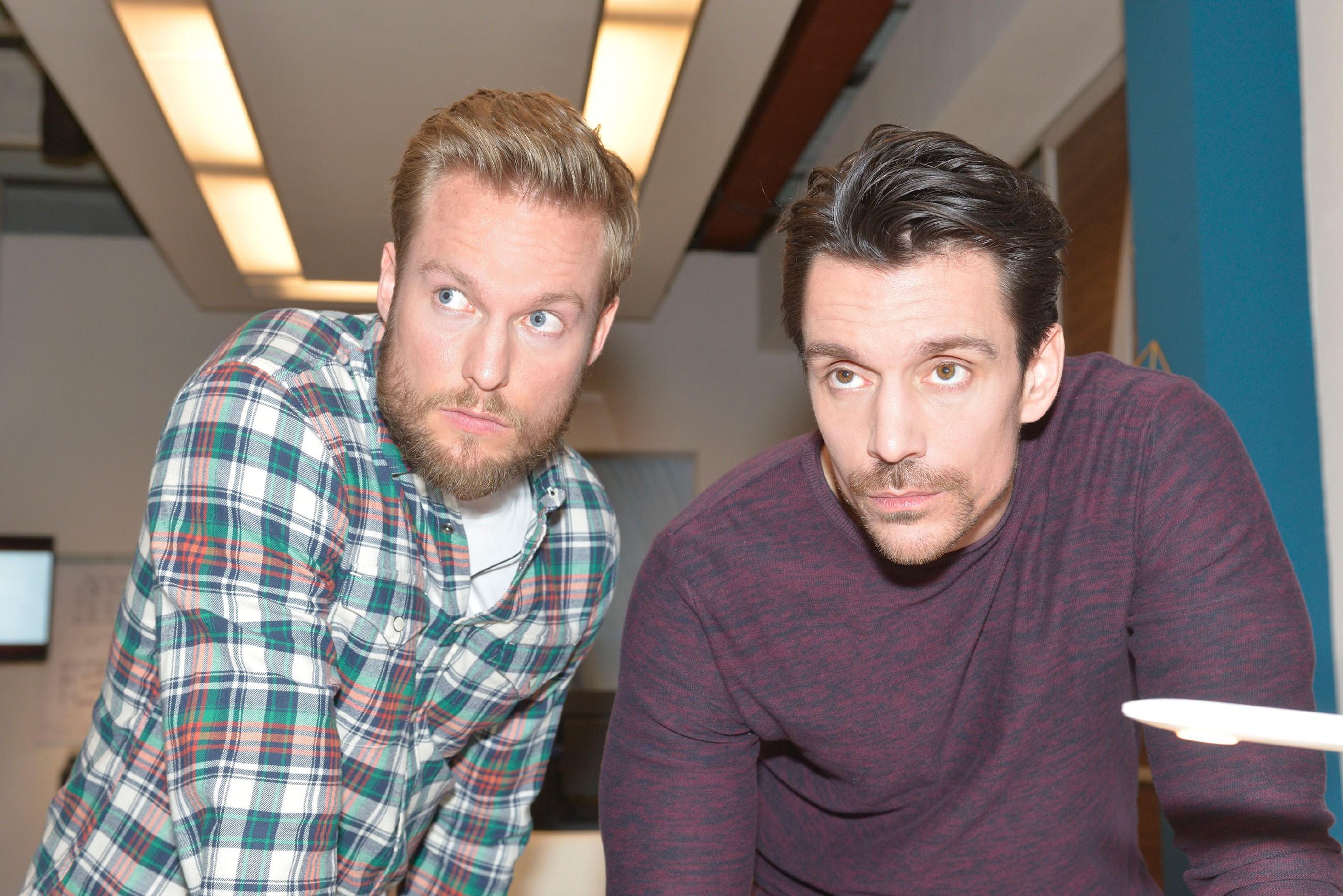 Tommy (Marc Bluhm, l.) und David (Philipp Christopher) wollen den Druck auf Katrin erhöhen. (Quelle: RTL / Rolf Baumgartner)