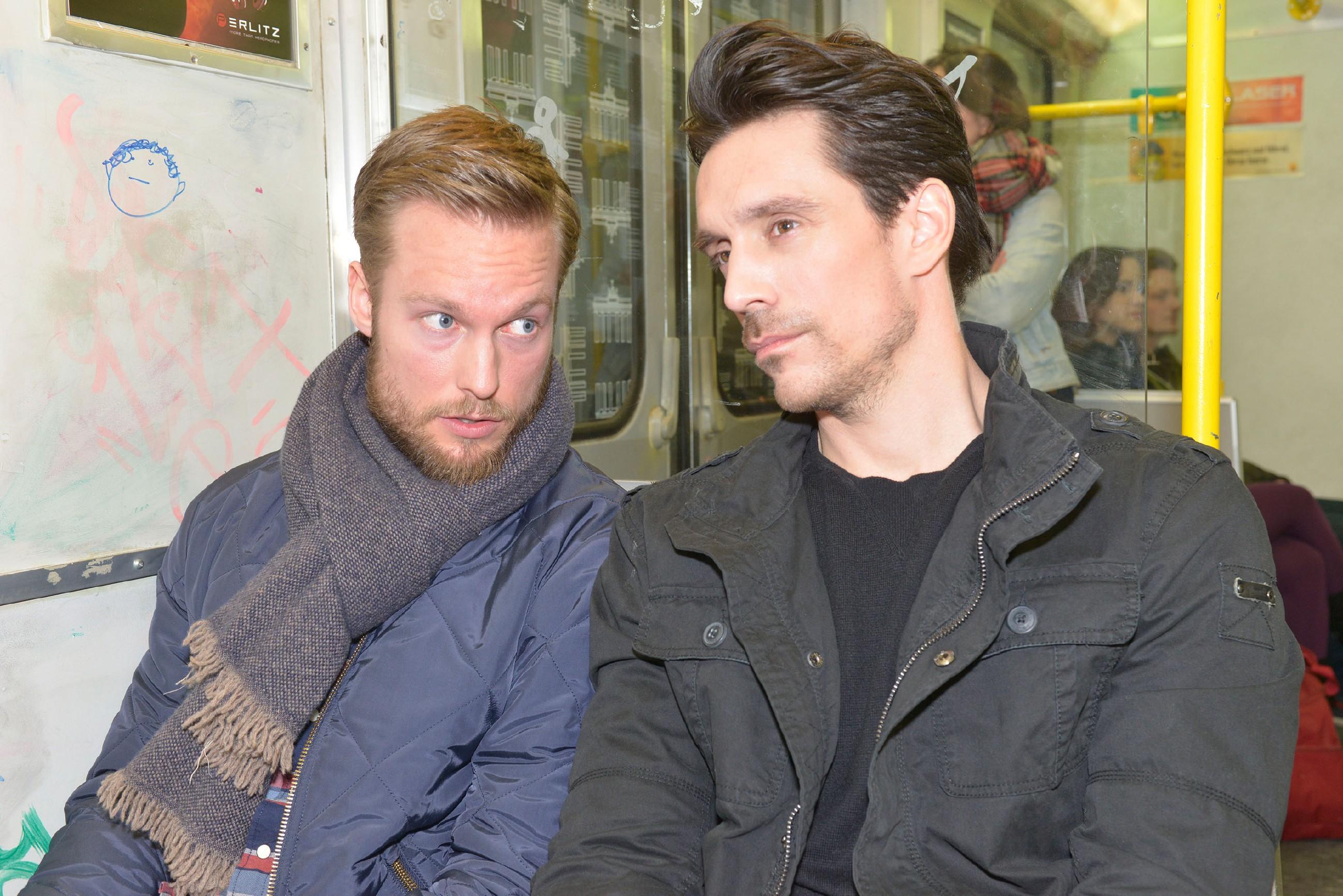 Tommy (Marc Bluhm, l.) und David (Philipp Christopher) scheinen ihrem Ziel, Katrin aus der Reserve zu locken, immer näher zu kommen. (Quelle: RTL / Rolf Baumgartner)