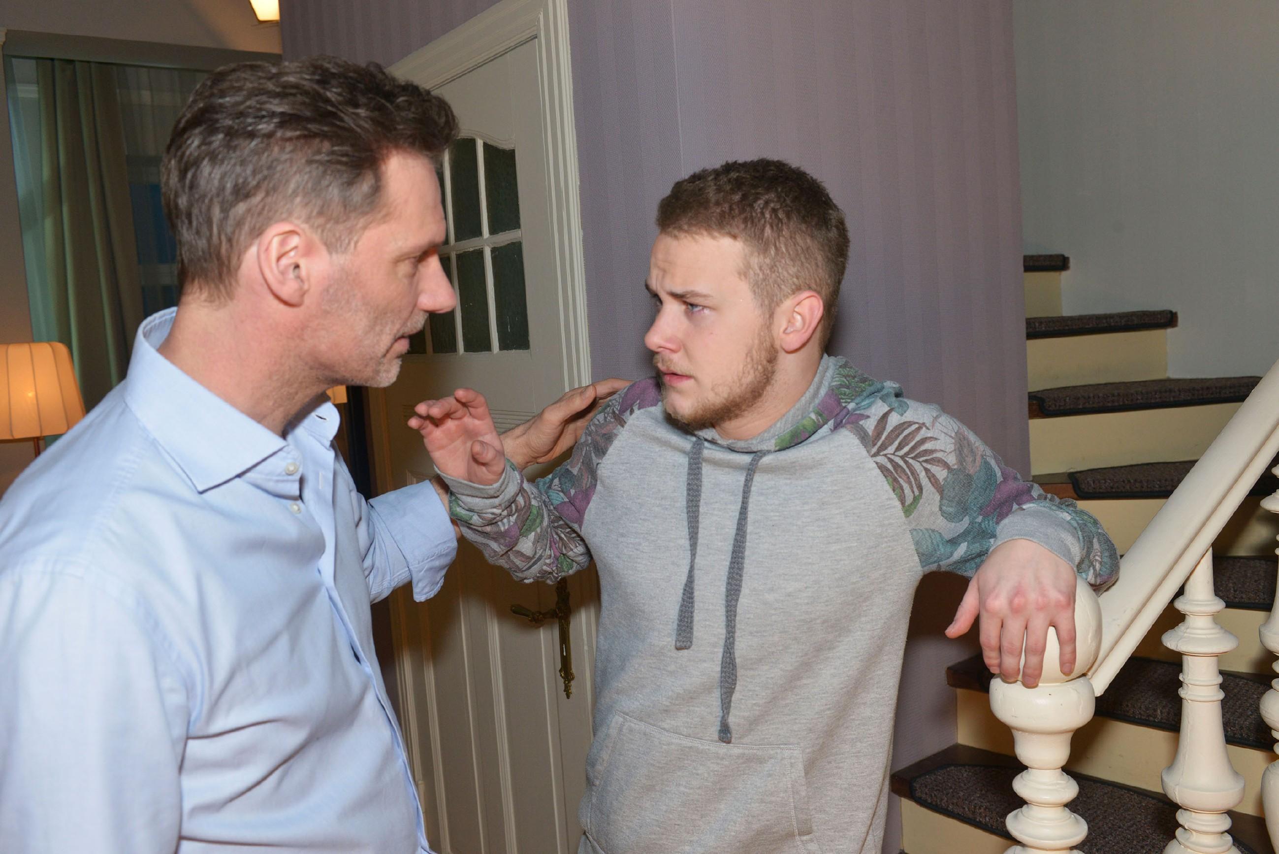 Alexander (Clemens Löhr, l.) versucht Jonas (Felix van Deventer) zu beruhigen, der felsenfest an Marens Unschuld glaubt. (Quelle: RTL / Rolf Baumgartner)