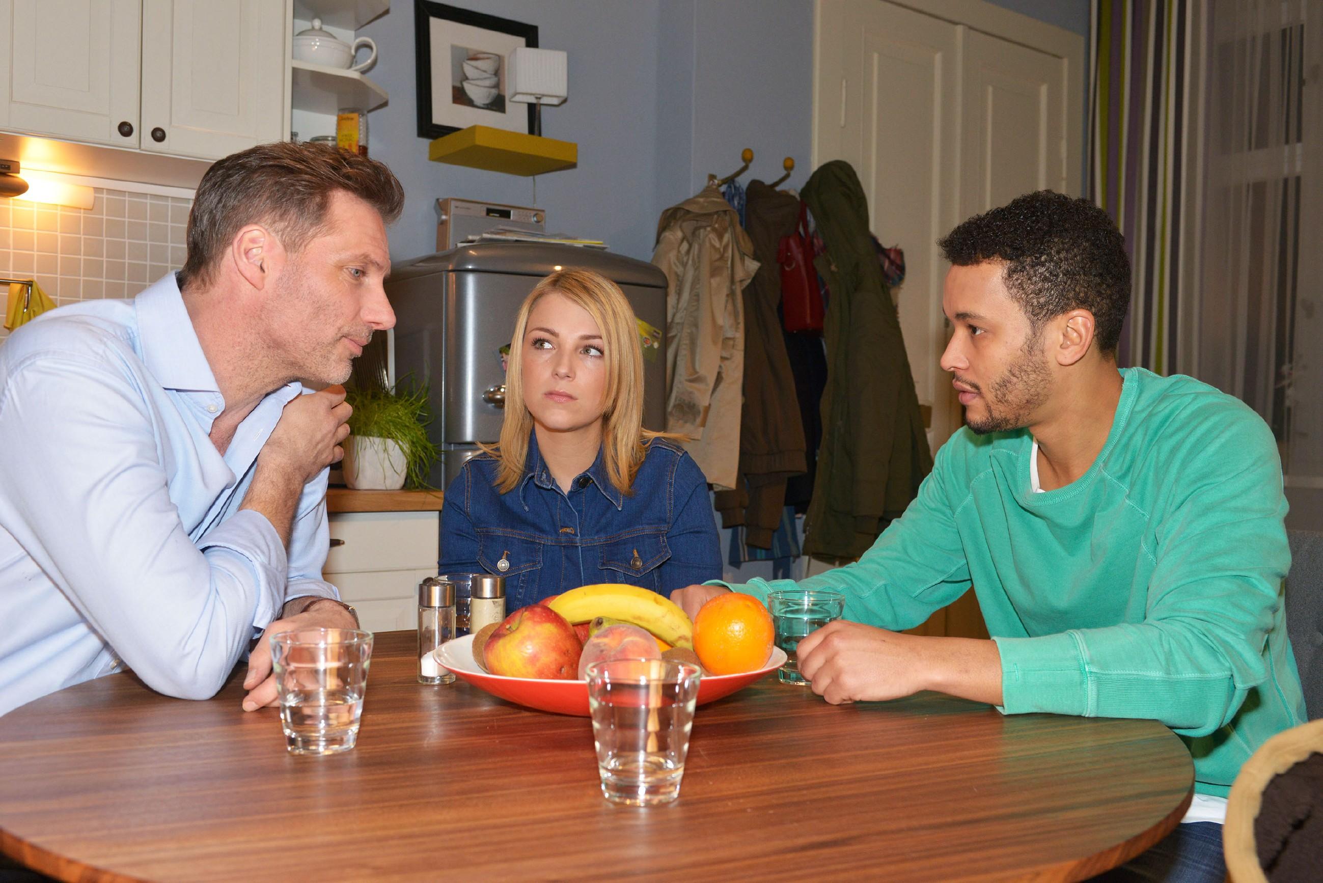 Während Maren in U-Haft kommt, muss Alexander (Clemens Löhr, l.) Lilly (Iris Mareike Steen) und Amar (Thando Walbaum) gestehen, was passiert ist. (Quelle: RTL / Rolf Baumgartner)