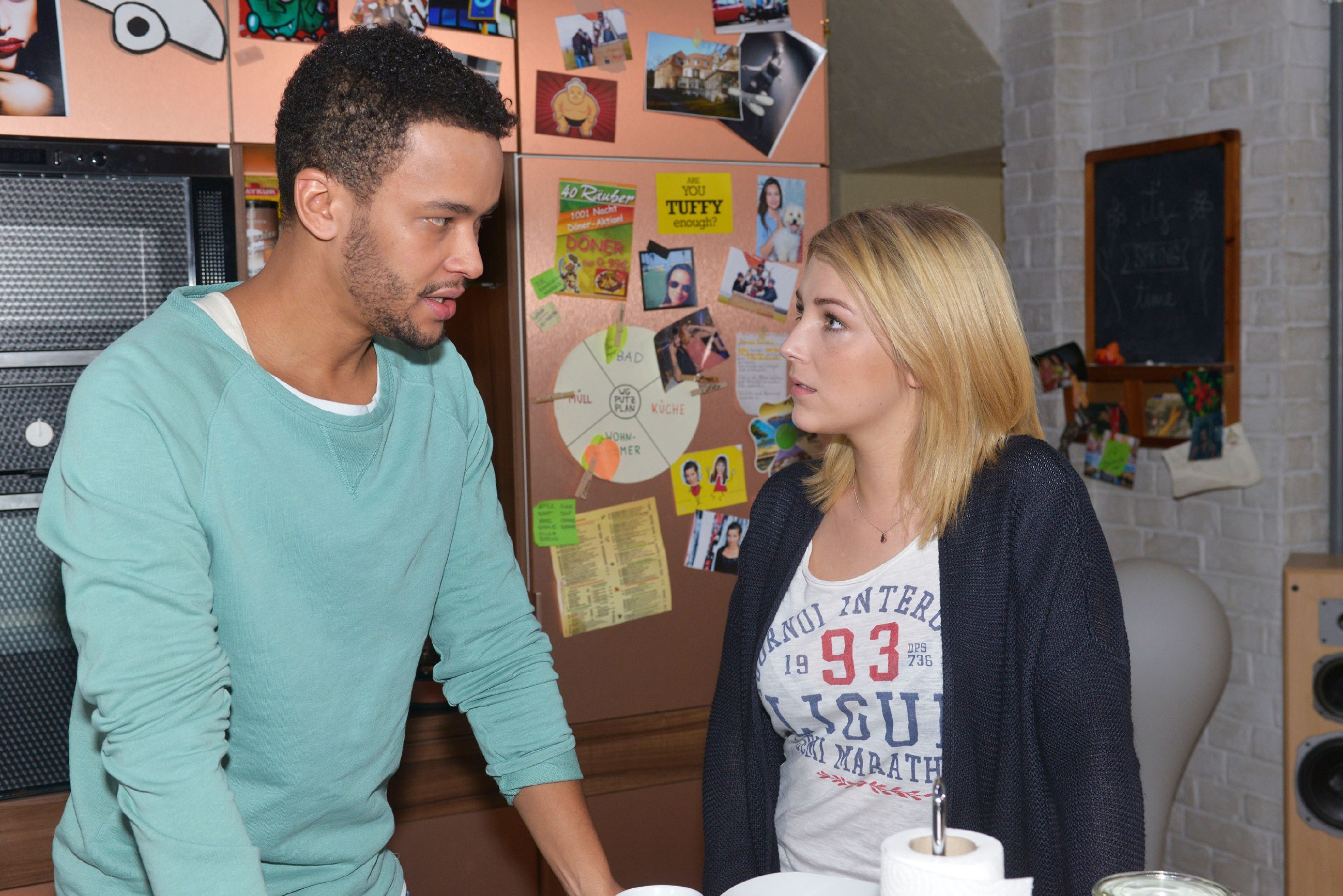 Amar (Thando Walbaum) muss Lilly (Iris Mareike Steen) gestehen, dass er sich mit seiner Mittäterschaft in Gefahr gebracht hat. (Quelle: RTL / Rolf Baumgartner)