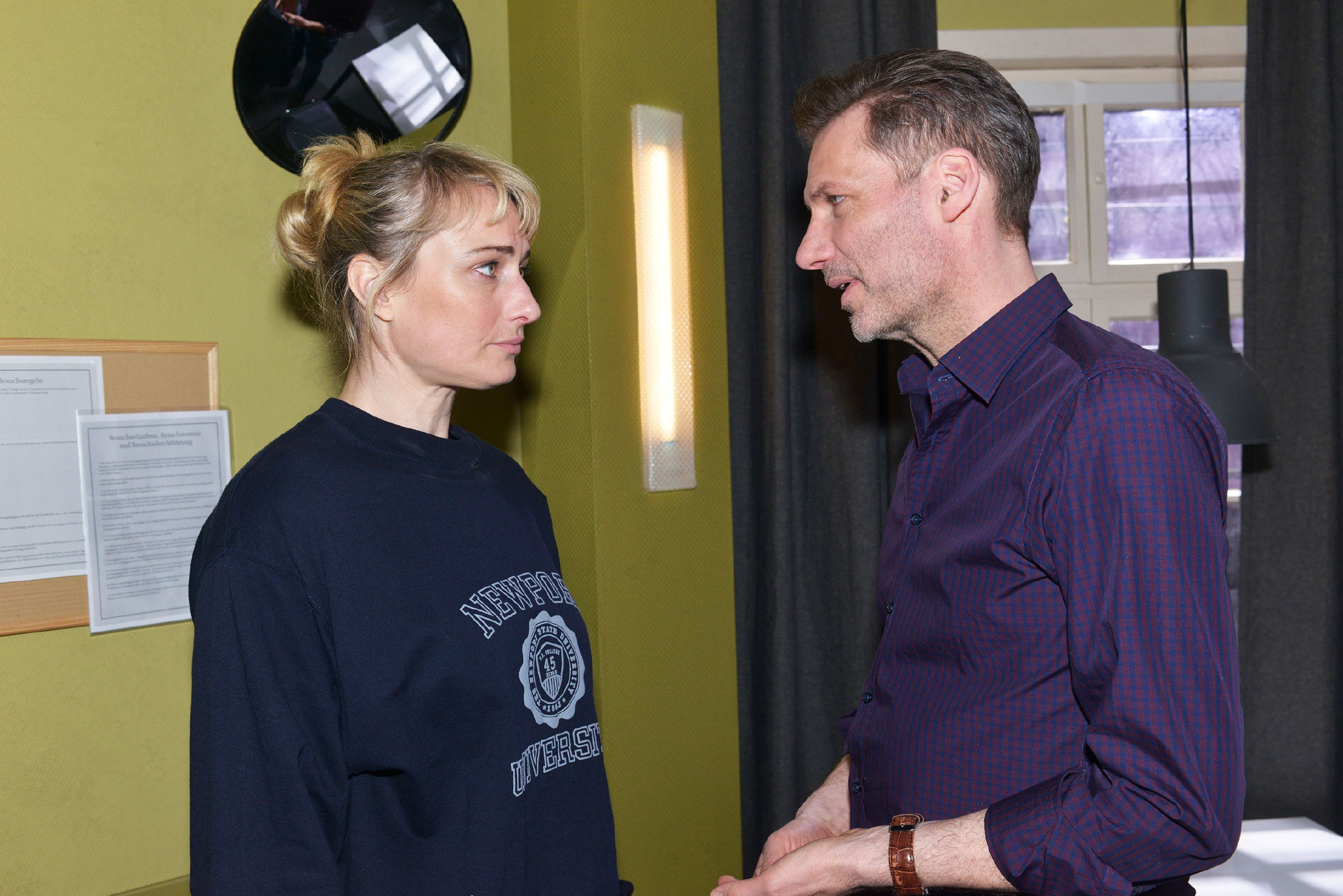 Als Alexander (Clemens Löhr) Maren (Eva Mona Rodekirchen) an ihrem Geburtstag in der U-Haft besucht, trifft es sie, zu hören, wie sehr ihre Kinder unter ihrem Fehltritt leiden. (Quelle: RTL / Rolf Baumgartner)