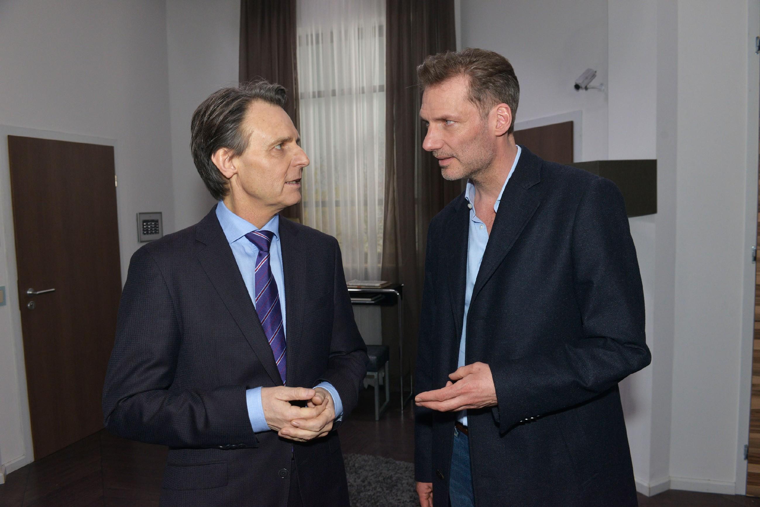 Gerner (Wolfgang Bahro, l.) erfährt von Alexander (Clemens Löhr), dass Maren in U-Haft genommen wurde. (Quelle: RTL / Rolf Baumgartner)