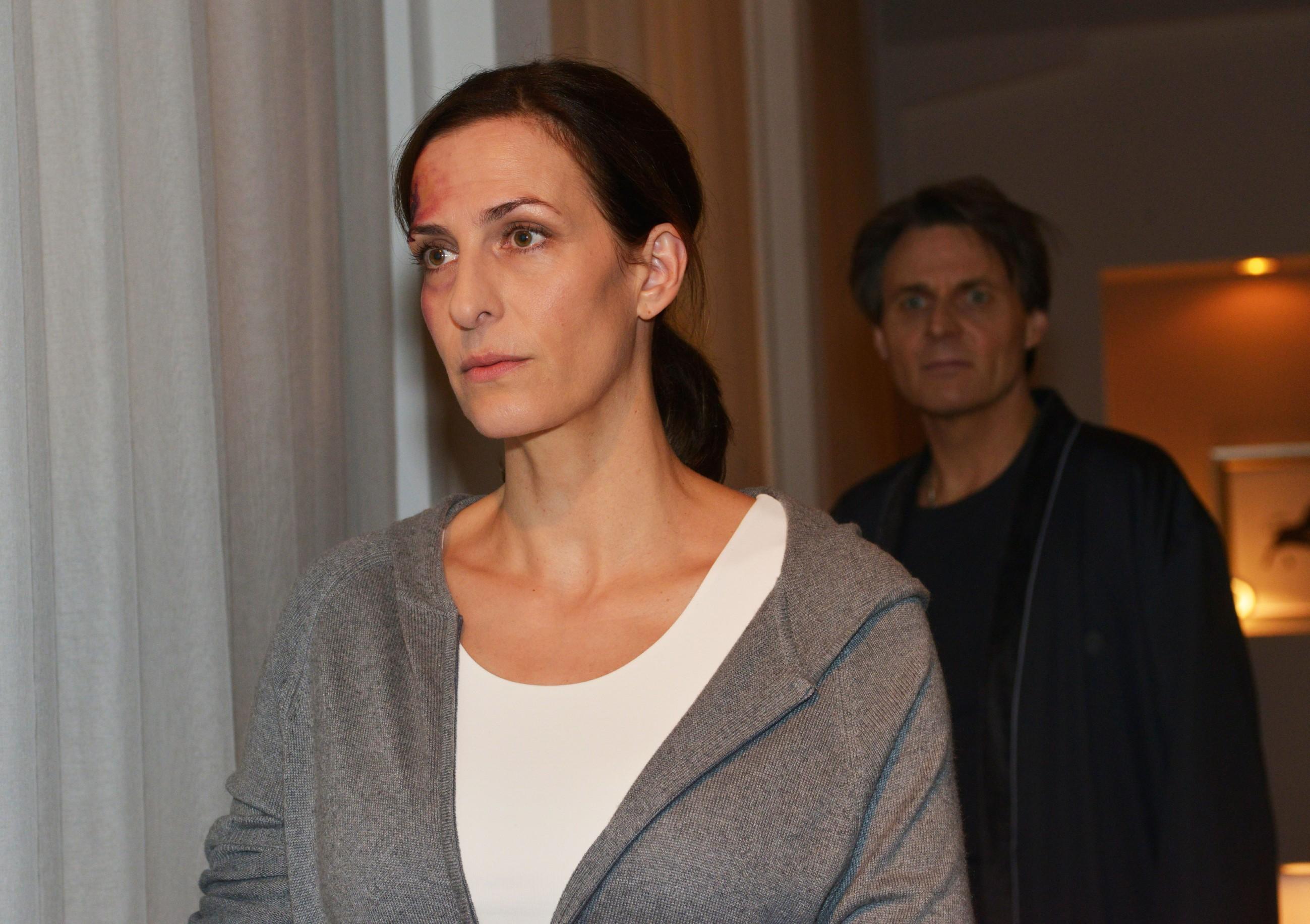 Nur widerwillig lässt sich Katrin (Ulrike Frank) von Gerner (Wolfgang Bahro) eine Zwangspause verordnen. (Quelle: RTL / Rolf Baumgartner)