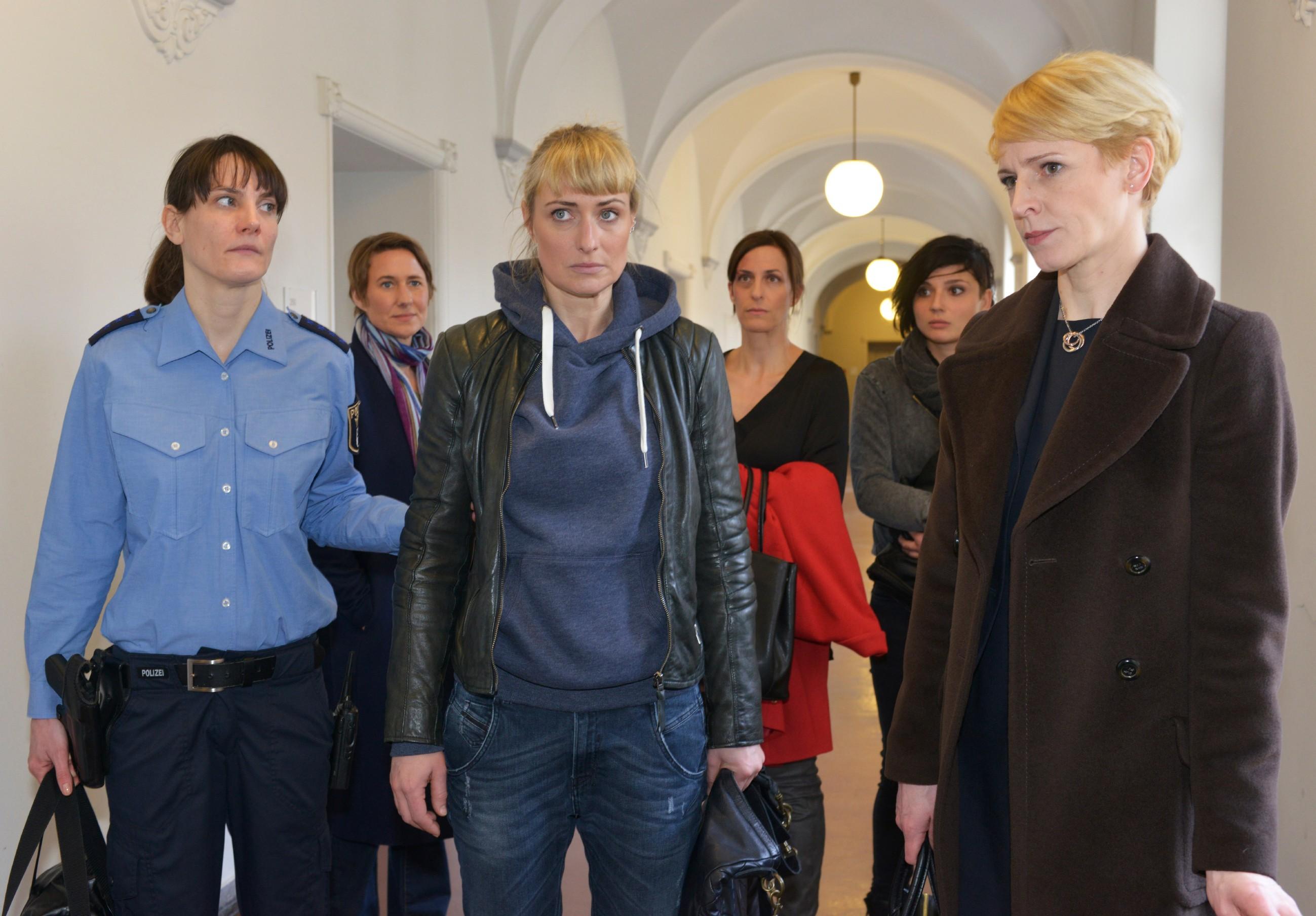 V.r.) Anwältin Yvonne Dittmar (Aline Staskowiak), Anni (Linda Marlen Runge) und Katrin (Ulrike Frank) müssen hilflos zuschauen, wie Kommissarin Knappe (Meike Schlüter, 2.v.l.) Maren (Eva Mona Rodekirchen, 3.v.l.) von einer Justizbeamtin (Komparsin) in U-Haft nehmen lässt. (Quelle: RTL / Rolf Baumgartner)