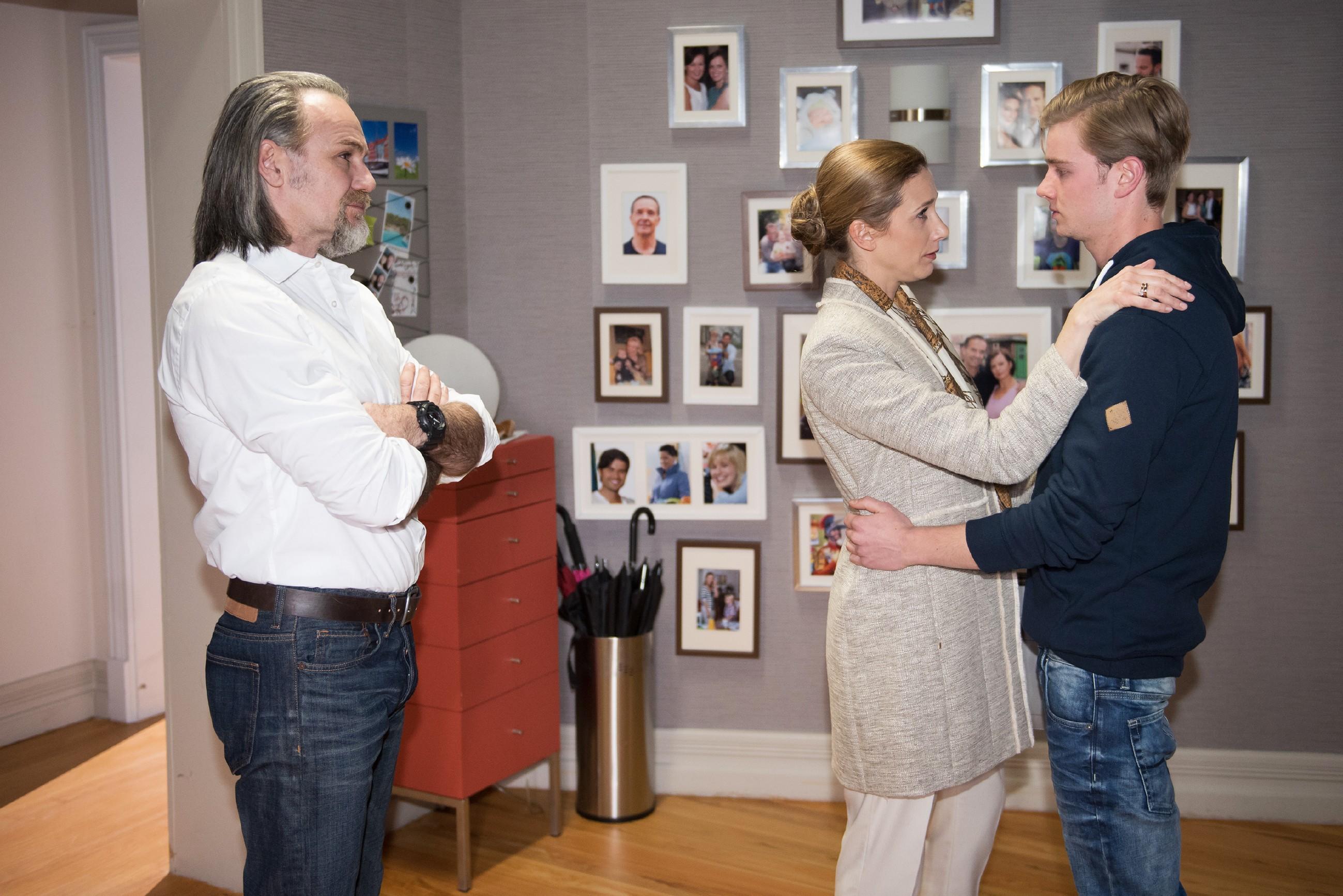 Das erste Wiedersehen nach sechs Jahren zwischen Robert (Luca Maric, l.) und seiner Tochter Andrea (Kristin Meyer), die gekommen ist, um Valentin (Aaron Koszuta) abzuholen, verläuft angespannt. (Quelle: RTL / Stefan Behrens)