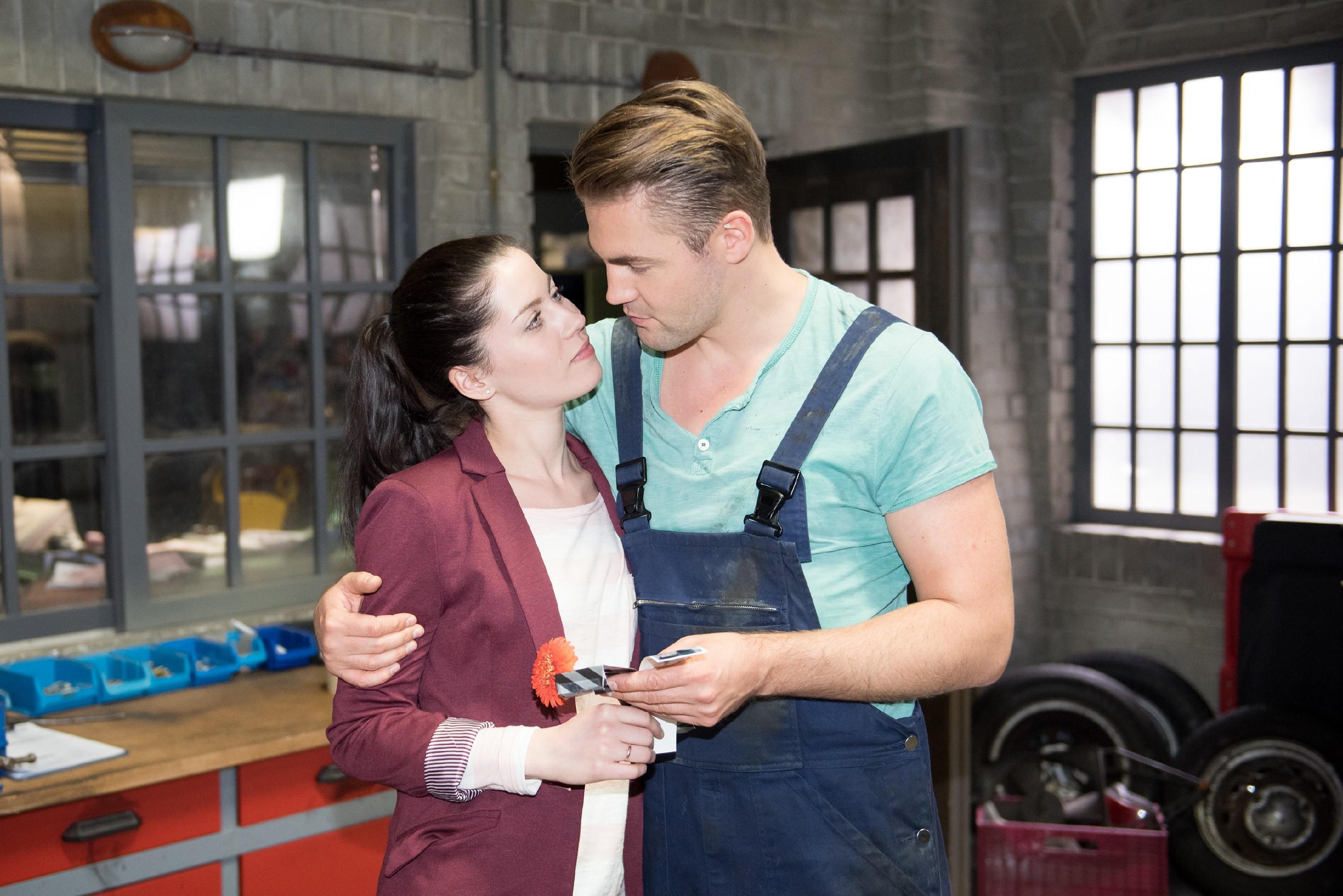Sina (Valea Katharina Scalabrino) und Bambi (Benjamin Heinrich) feiern ihren ersten Hochzeitstag. (Quelle: RTL / Stefan Behrens)