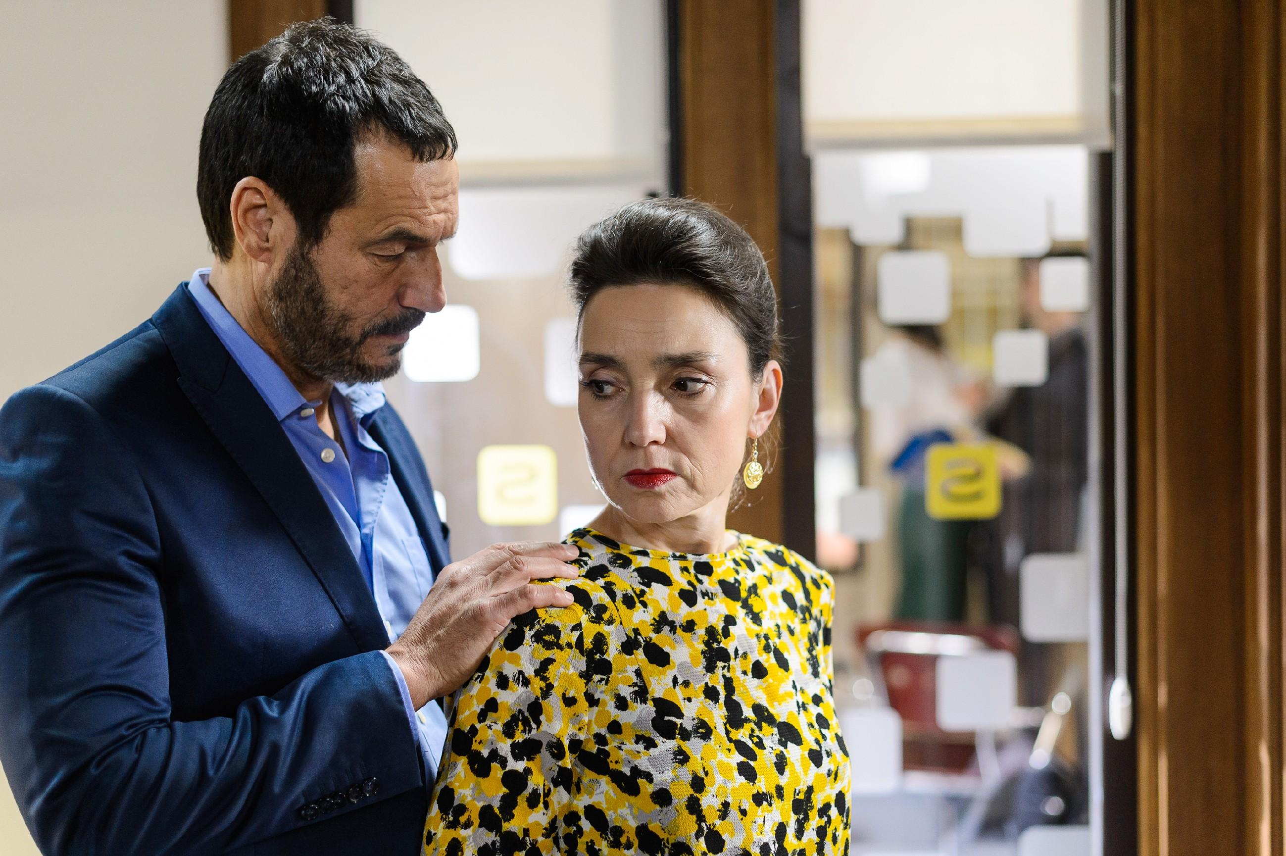 Richard (Silvan-Pierre Leirich) und Simone (Tatjana Clasing) beobachten besorgt, wie Veit es immer wieder schafft, Jenny um den kleinen Finger zu wickeln. (Quelle: RTL / Willi Weber)