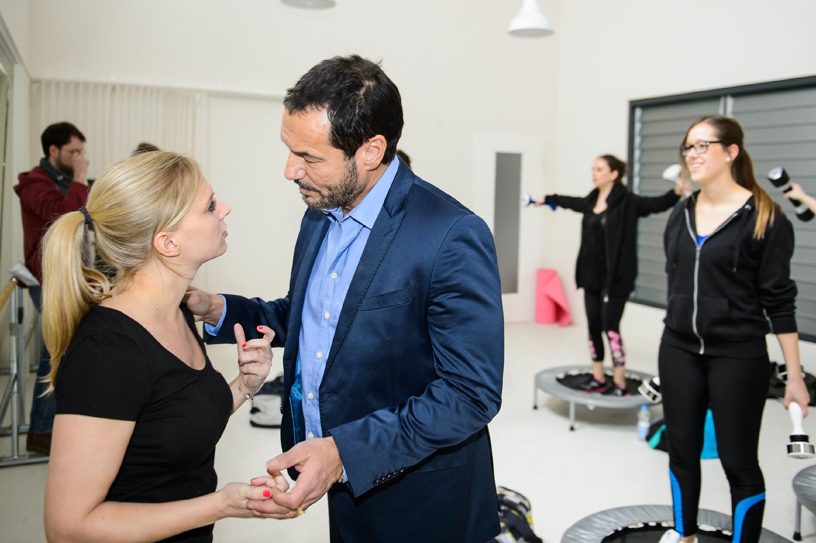 Richard (Silvan-Pierre Leirich) nimmt Lena (Juliette Greco) während eines Vibrajoy-Kurses zur Seite, denn er hat bei der anstehenden Deutschen Meisterschaft einen kleinen, aber wichtigen Spezialauftrag für sie. (Quelle: RTL / Willi Weber)
