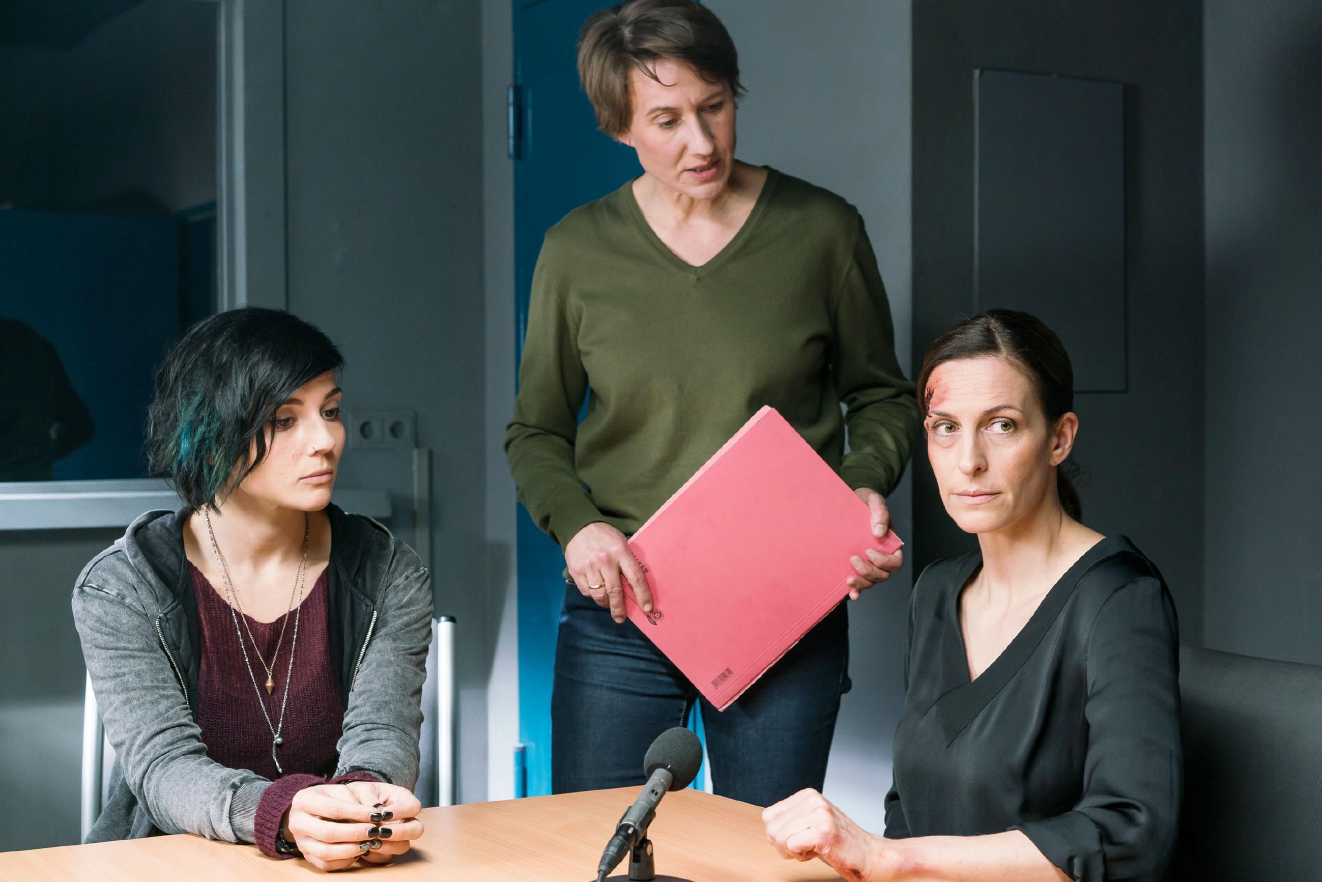 Im Beisein von Anni (Linda Marlen Runge, l.), erfährt Katrin (Ulrike Frank, r.) von Kommissarin Knappe (Meike Schlüter), dass Maren ein Geständnis abgelegt hat. (Quelle: RTL / Sebastian Geyer)