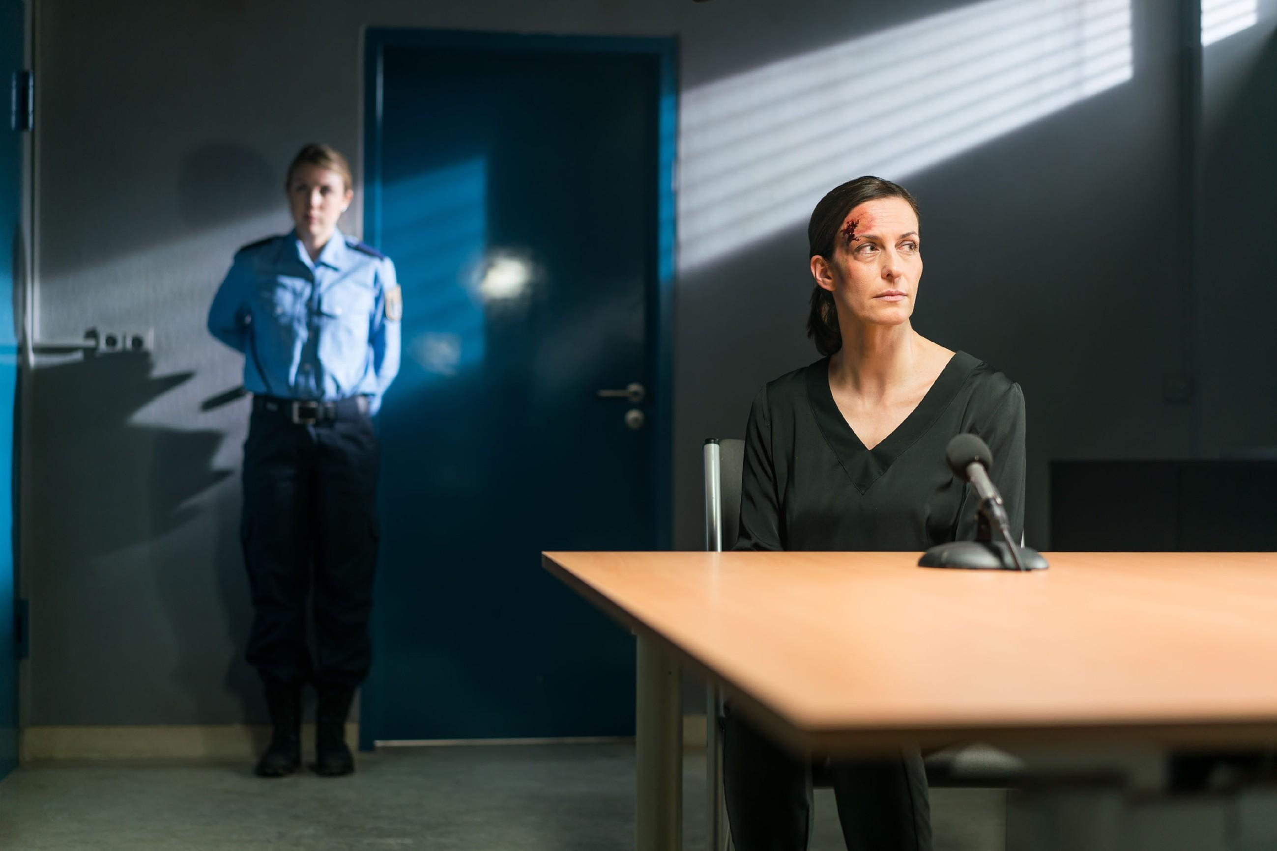 Katrin (Ulrike Frank, r.) muss geschockt erkennen, dass Maren Gerners Plan mit ihrem Geständnis durchkreuzt hat. (Quelle: RTL / Sebastian Geyer)