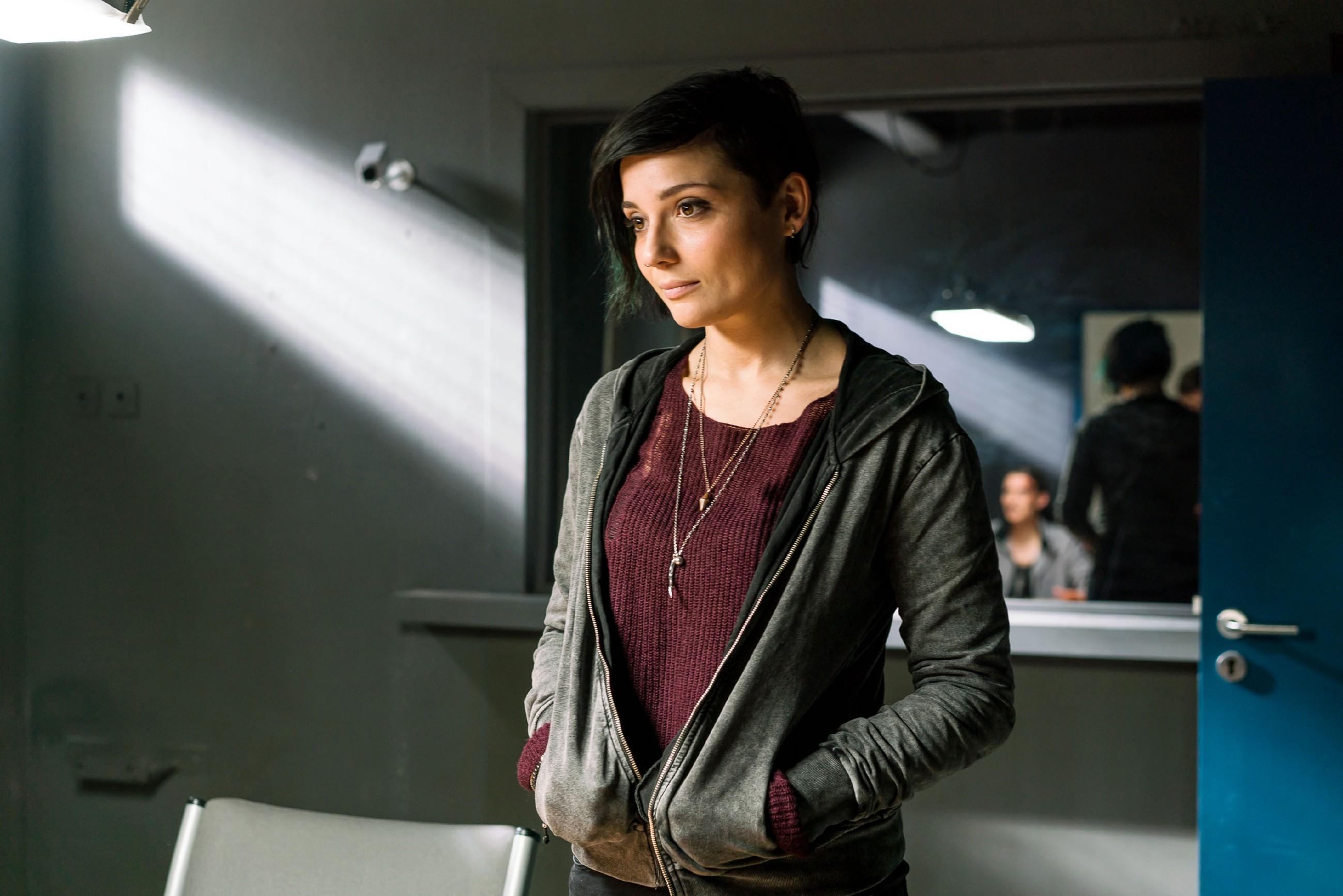 Anni (Linda Marlen Runge) erkennt, wie sehr es Katrin belastet, Jasmin im Gefängnis zu wissen. (Quelle: RTL / Sebastian Geyer)