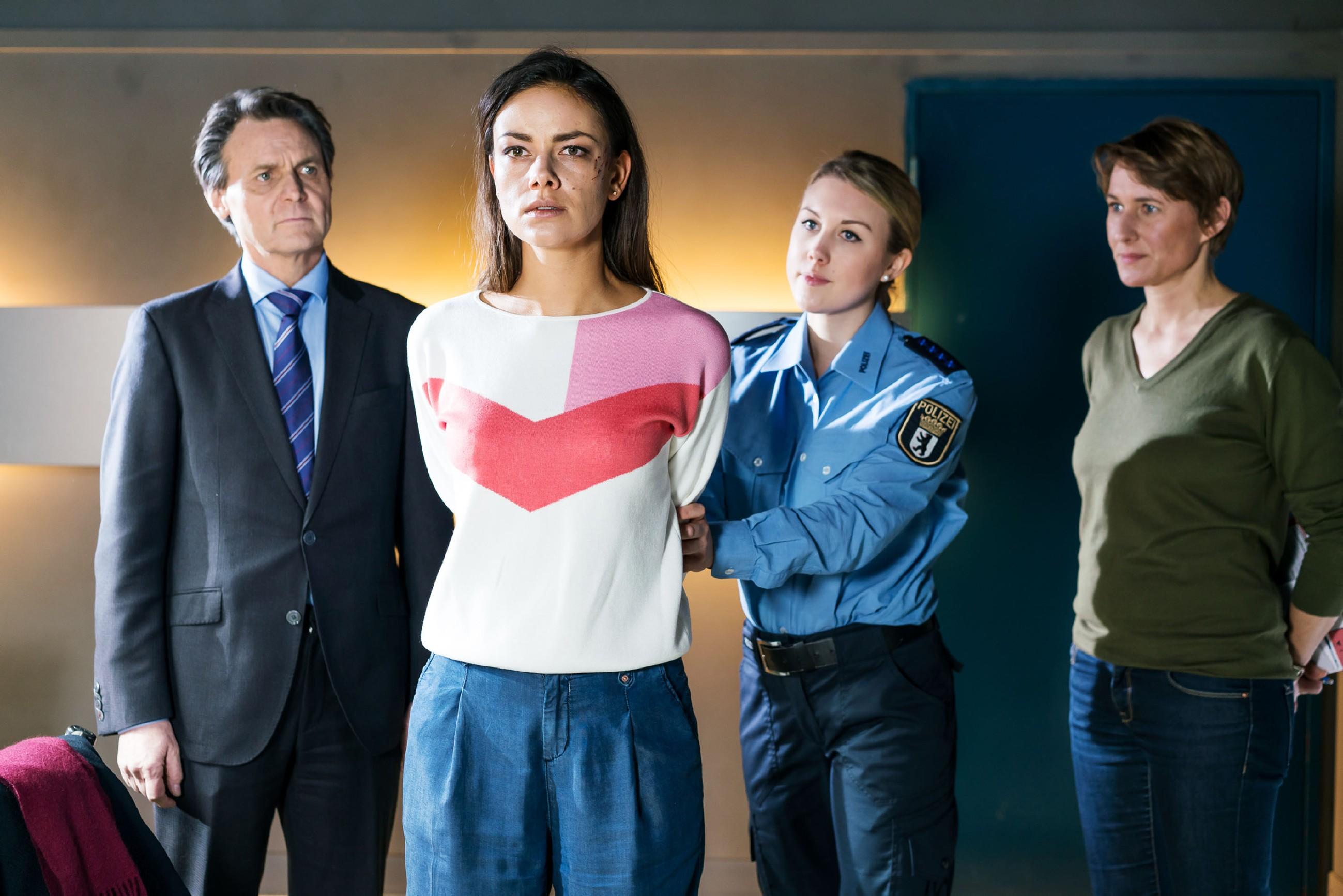 Die schockierte Jasmin (Janina Uhse, M.) wird von einer Justizbeamtin (Komparsin) zu Gerner (Wolfgang Bahro) in den Verhörraum gebracht. (Quelle: RTL / Sebastian Geyer)