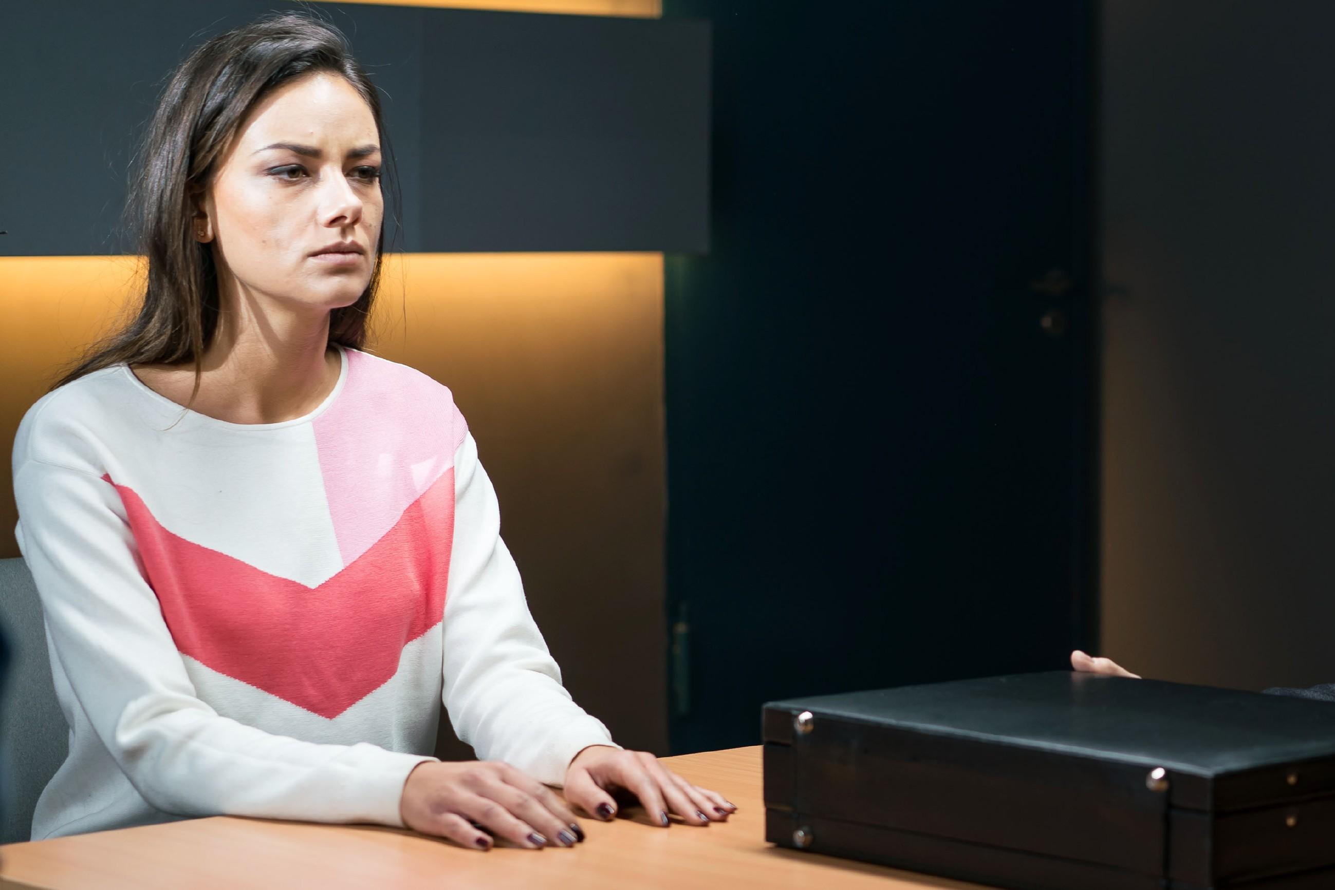 Im Verhörraum der Polizei wird Jasmin (Janina Uhse) der Ernst der Lage bewusst. (Quelle: RTL / Sebastian Geyer)