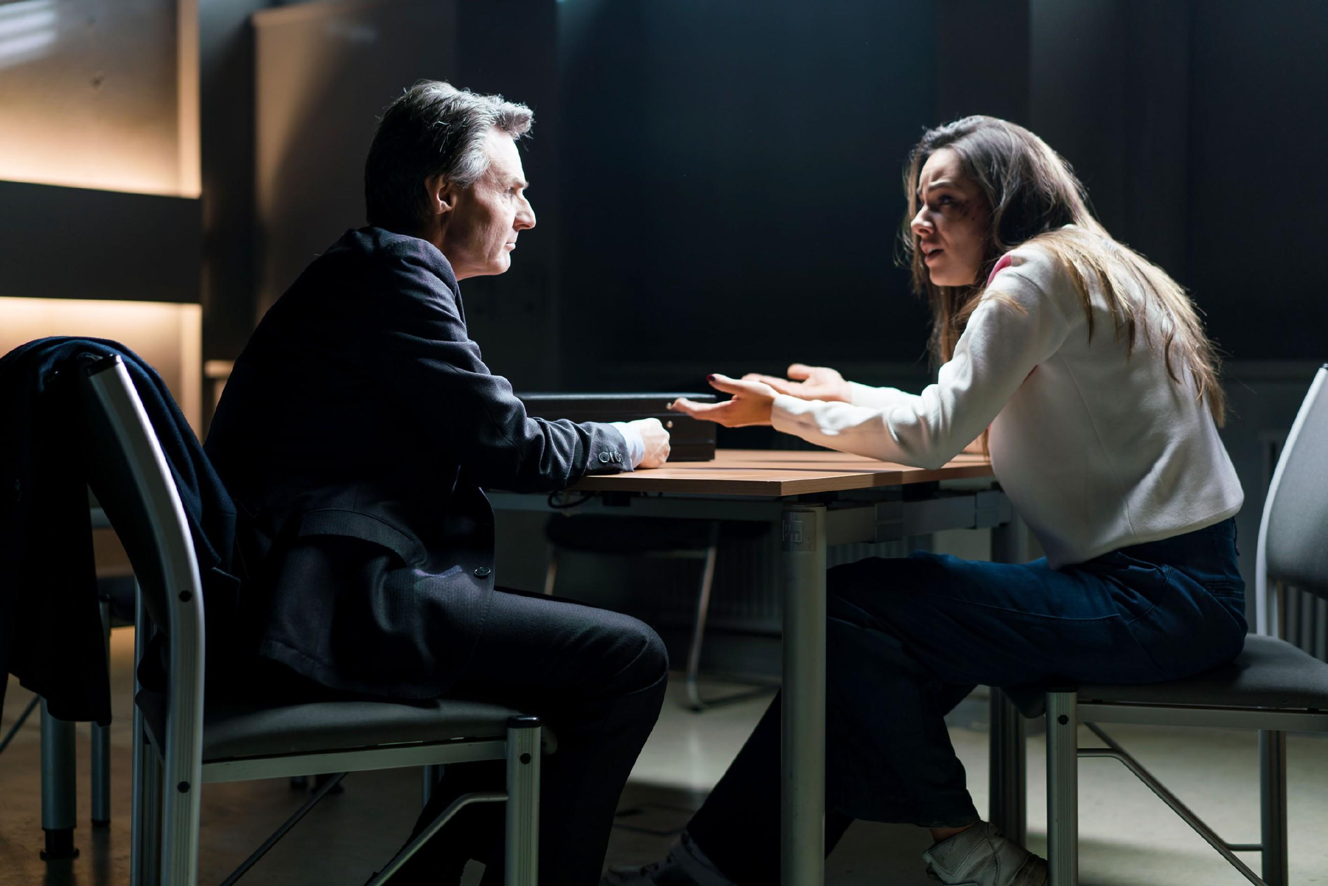 Gerner (Wolfgang Bahro) lässt sich zu der festgenommenen Jasmin (Janina Uhse) bringen und drängt sie dazu, die Aussage zu verweigern. (Quelle: RTL / Sebastian Geyer)