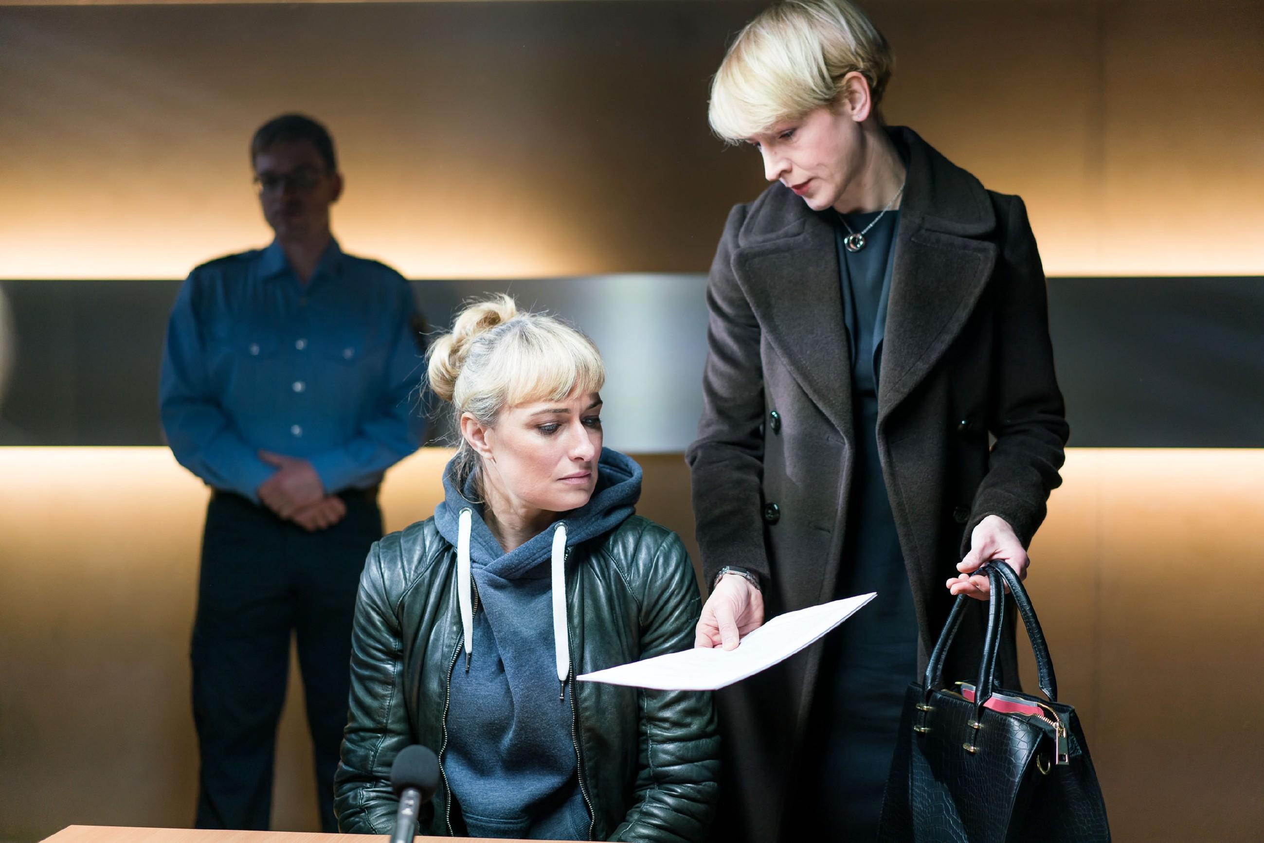 Gerners Anwaltskollegin Yvonne Dittmar (Aline Staskowiak, r.) gelingt es gerade noch, Maren (Eva Mona Rodekirchen, M.) von einem vollständigen Geständnis abzuhalten. (Quelle: RTL / Sebastian Geyer)