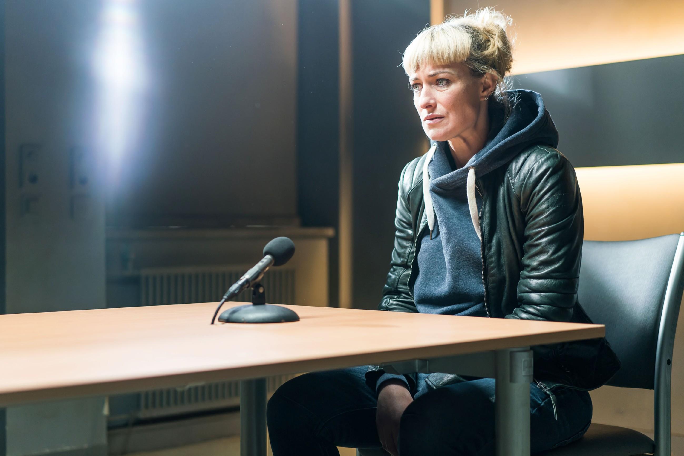 Maren (Eva Mona Rodekirchen) verweigert nach einem Teilgeständnis die Aussage. (Quelle: RTL / Sebastian Geyer)