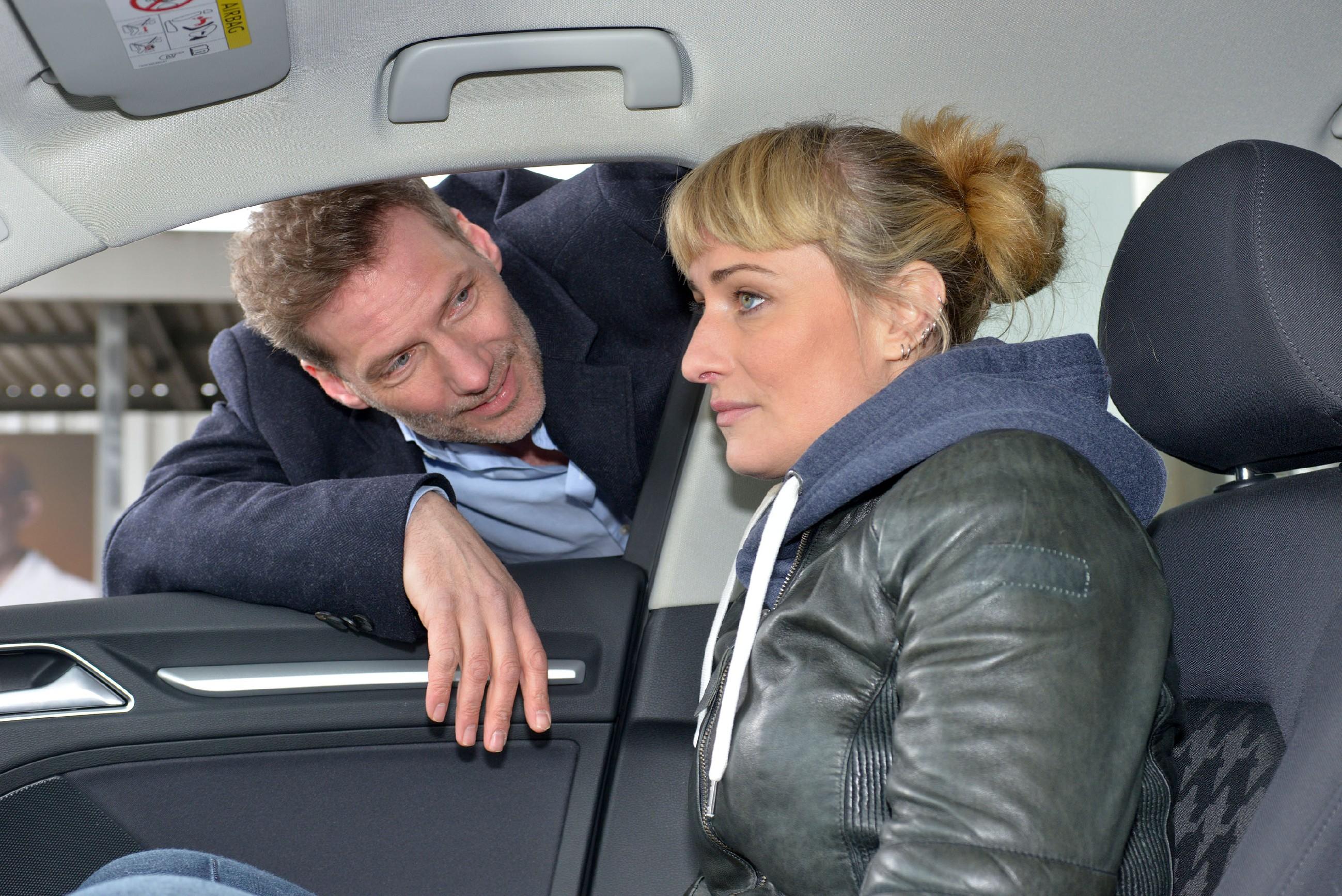 Maren (Eva Mona Rodekirchen) ist mit Alexander (Clemens Löhr) auf dem Weg an die Ostsee und erfährt aus dem Radio, dass Jasmin festgenommen wurde. (Quelle: RTL / Rolf Baumgartner)