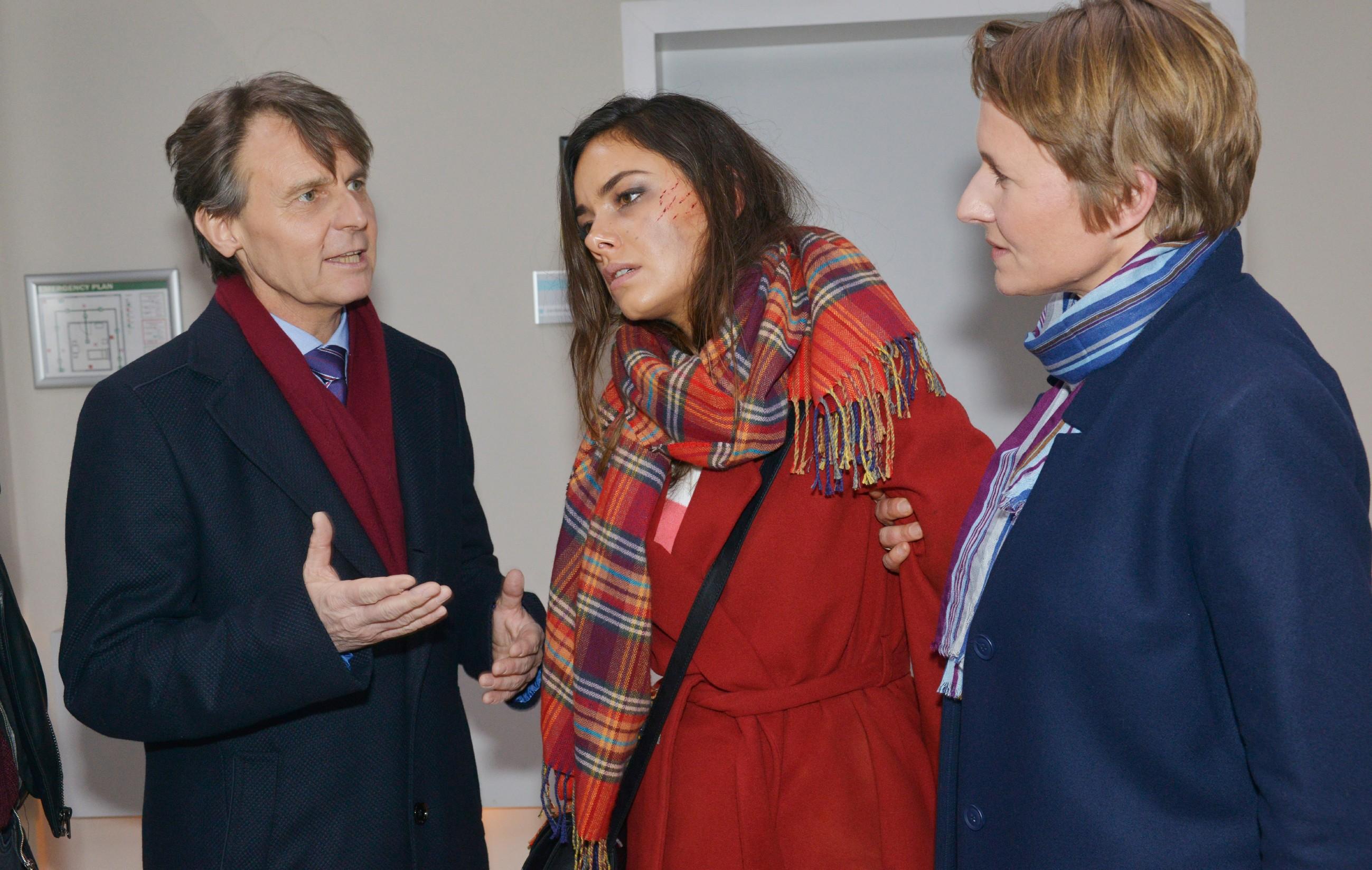 Gerner (Wolfgang Bahro) kann nicht verhindern, dass Jasmin (Janina Uhse, M.) von Kommissarin Knappe (Meike Schlüter) festgenommen wird. (Quelle: RTL / Rolf Baumgartner)