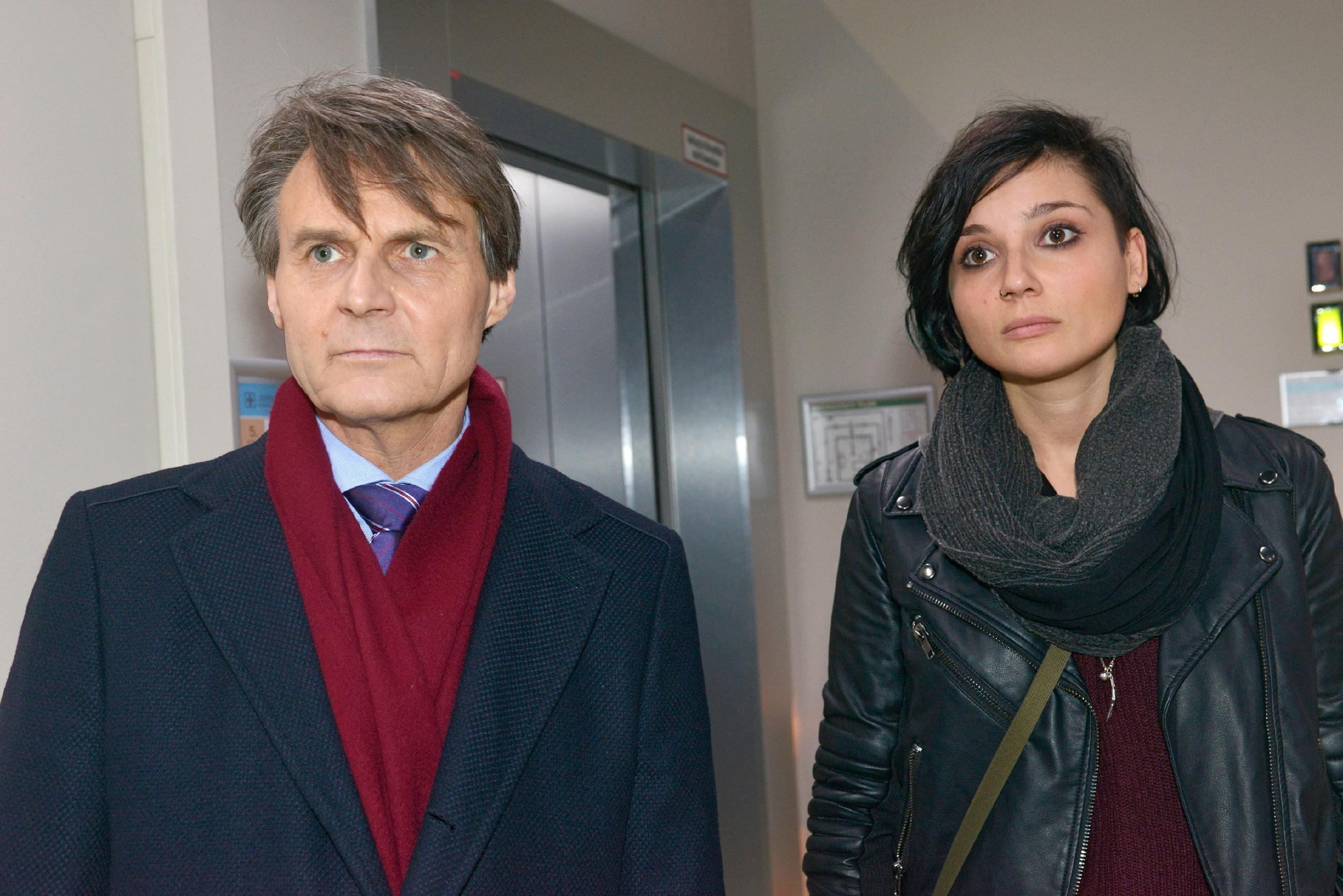 Gerner (Wolfgang Bahro) und Anni (Linda Marlen Runge) müssen hilflos zusehen, wie Jasmin von der Kommissarin verhaftet wird. (Quelle: RTL / Rolf Baumgartner)