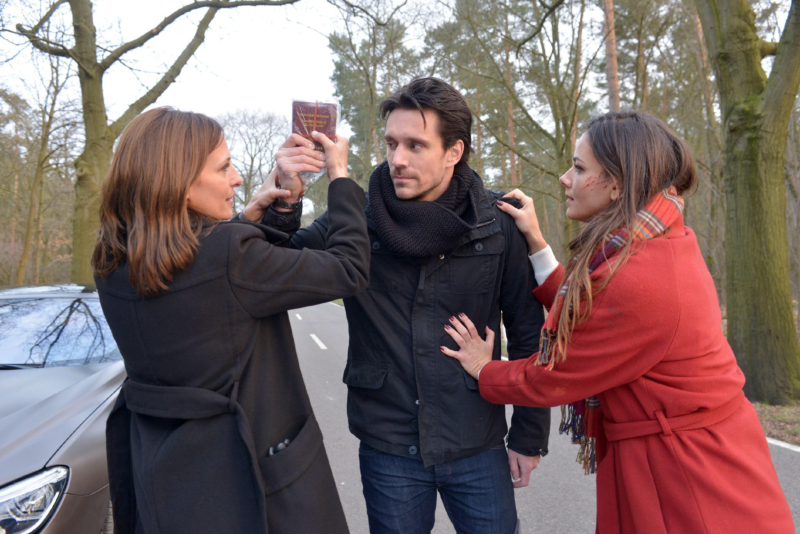 Um ihre Flucht fortzusetzen, versuchen Katrin (Ulrike Frank, l.) und Jasmin (Janina Uhse) mit letzter Kraft ihre Reisepässe von David (Philipp Christopher) zu bekommen... (Quelle: RTL / Rolf Baumgartner)
