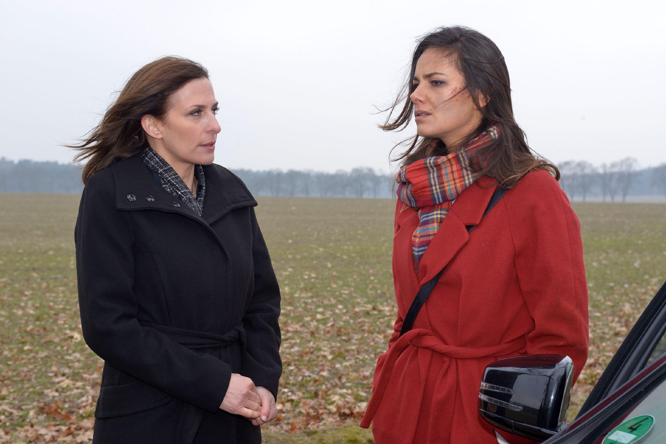 Katrin (Ulrike Frank, l.) versucht Jasmin (Janina Uhse) zu überzeugen, sich helfen zu lassen. (Quelle: RTL / Rolf Baumgartner)