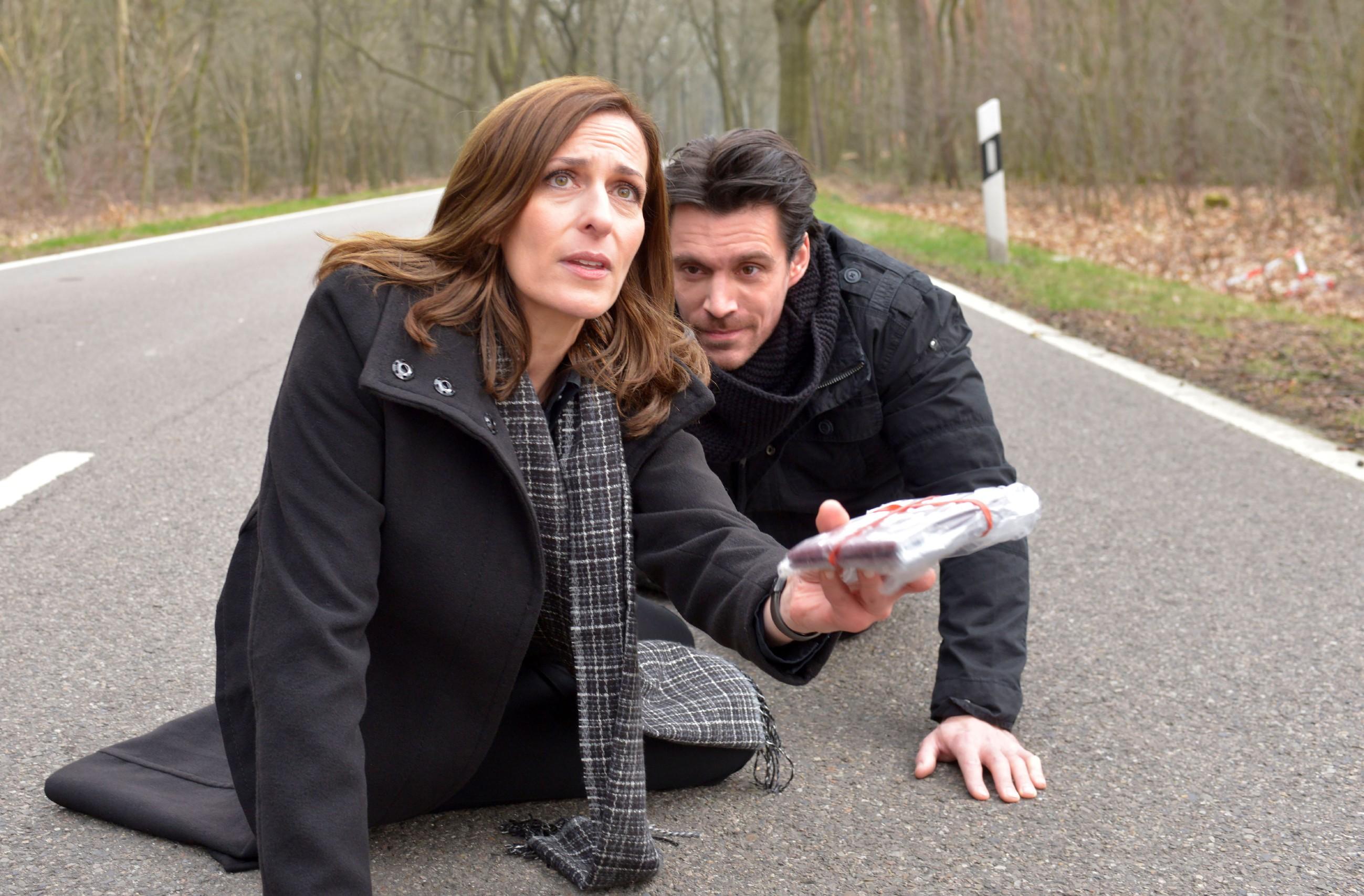 Katrin (Ulrike Frank) konnte David (Philipp Christopher) die Pässe entreißen und will, dass Jasmin flieht... (Quelle: RTL / Rolf Baumgartner)