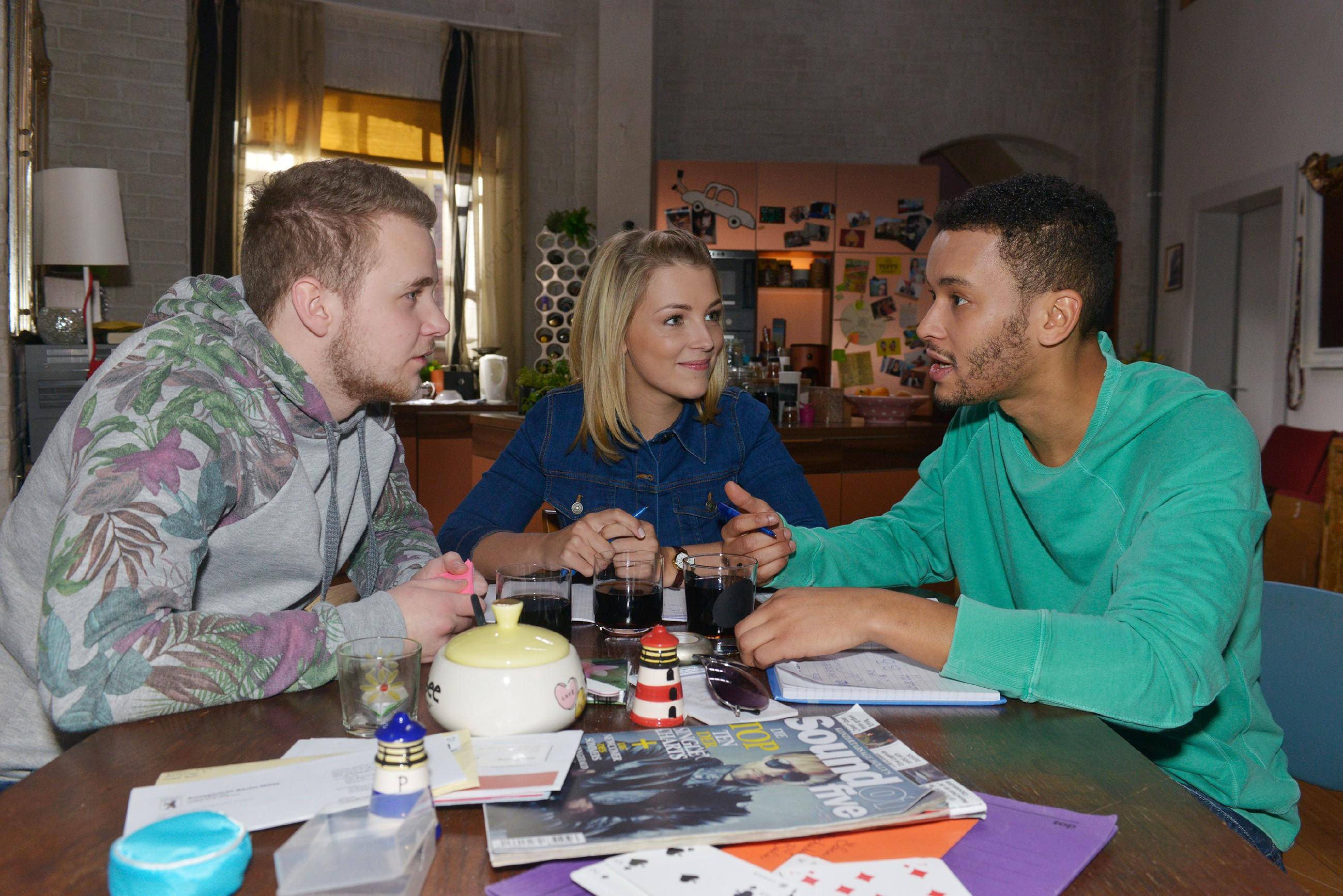 Jonas (Felix van Deventer, l.), Lilly (Iris Mareike Steen) und Amar (Thando Walbaum) planen, Maren und Alexander zu überraschen. (Quelle: RTL / Rolf Baumgartner)