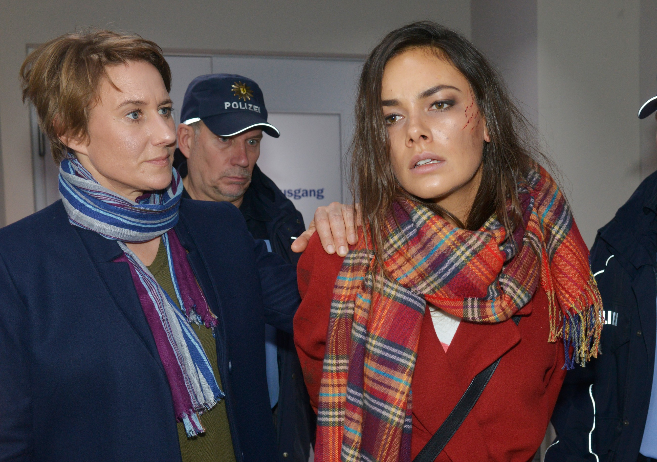 Um Katrin zu retten, hat Jasmin (Janina Uhse, r.) ihre Festnahme durch Kommissarin Knappe (Meike Schlüter) in Kauf genommen. (Quelle: RTL / Rolf Baumgartner)