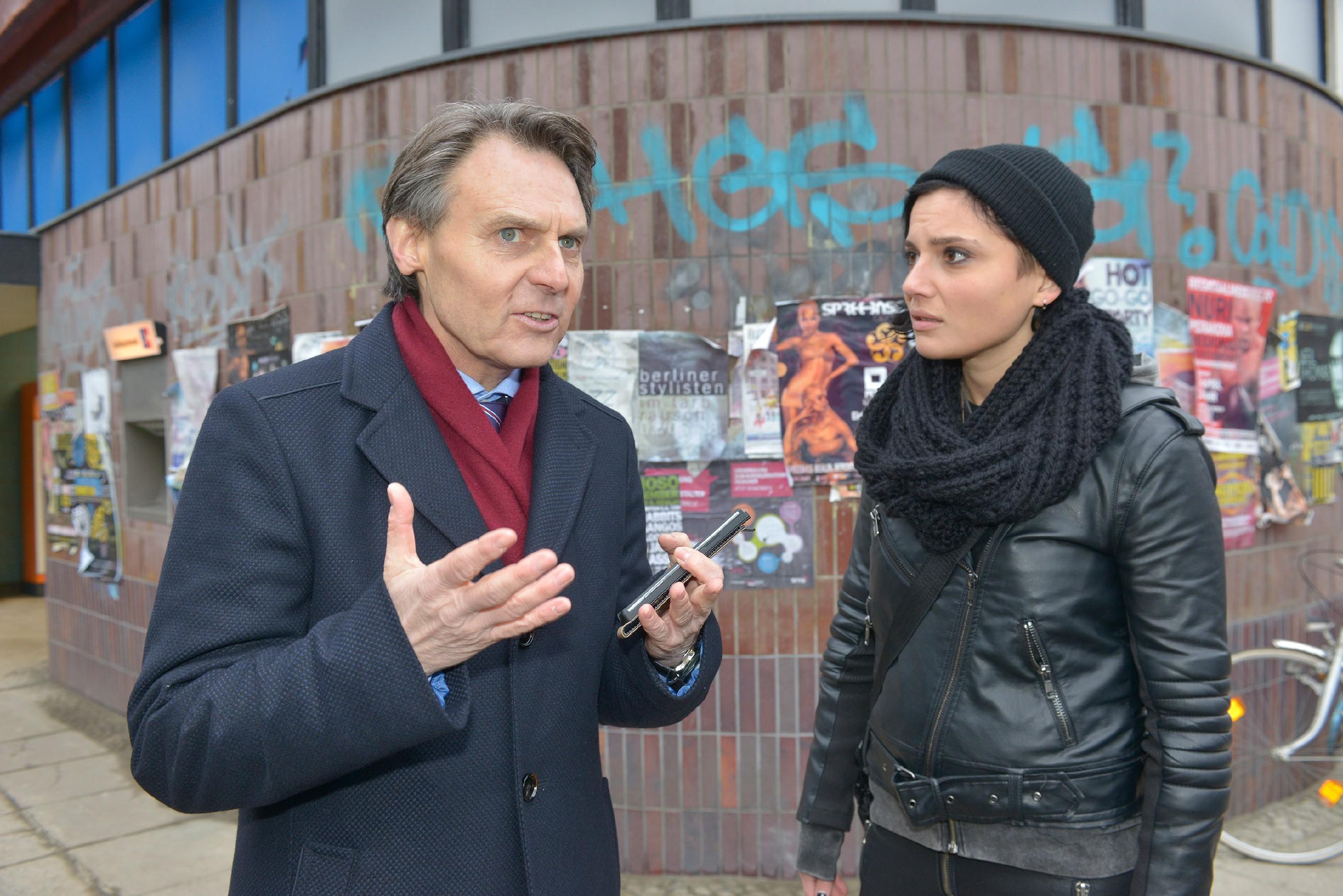 Gerner (Wolfgang Bahro) versucht Anni (Linda Marlen Runge) klarzumachen, dass die Flucht von Jasmin und Katrin keine gute Idee ist. (Quelle: RTL / Rolf Baumgartner)
