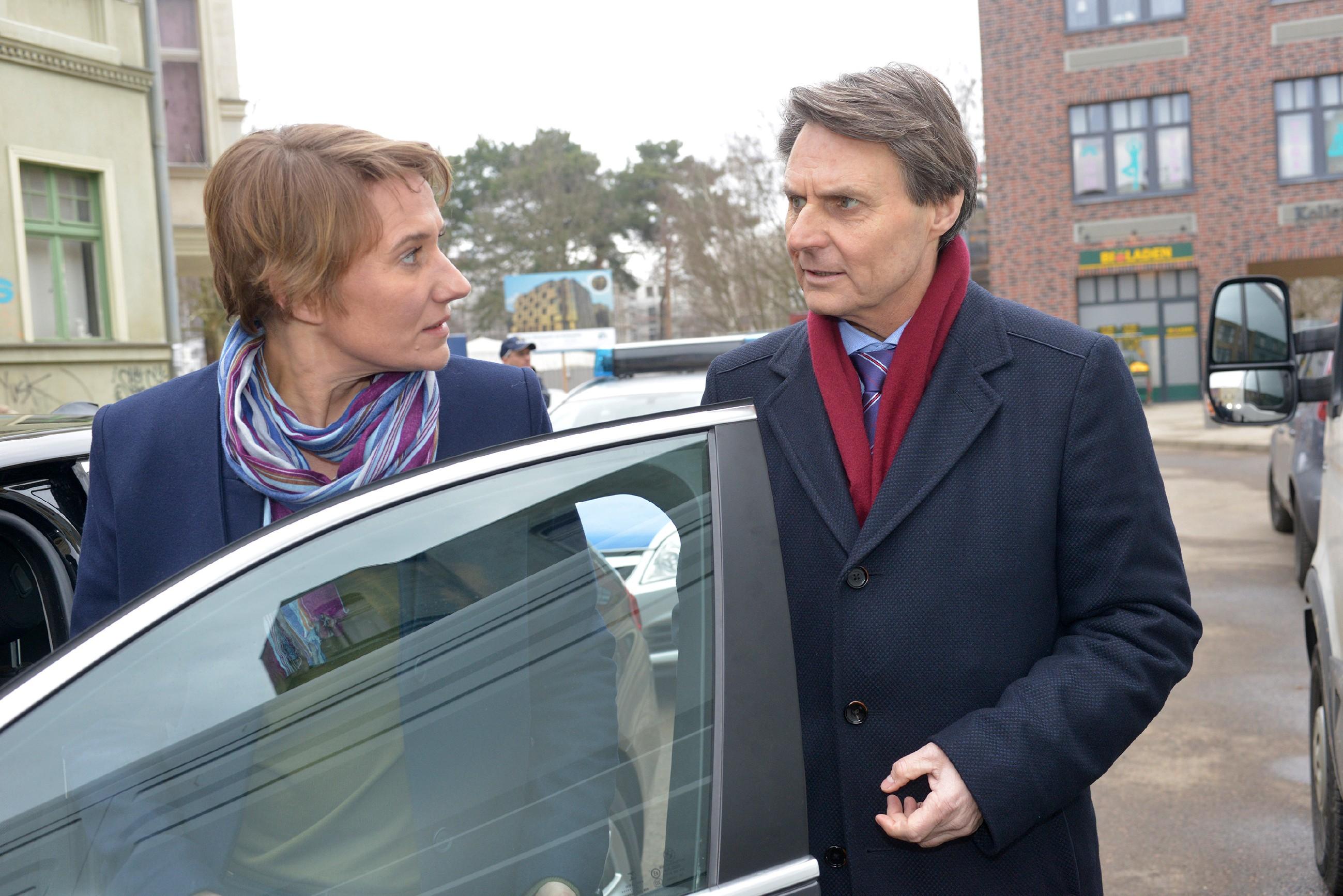 Gerner (Wolfgang Bahro) versucht vergeblich, Kommissarin Knappe (Meike Schlüter) von Jasmins Unschuld zu überzeugen. (Quelle: RTL / Rolf Baumgartner)