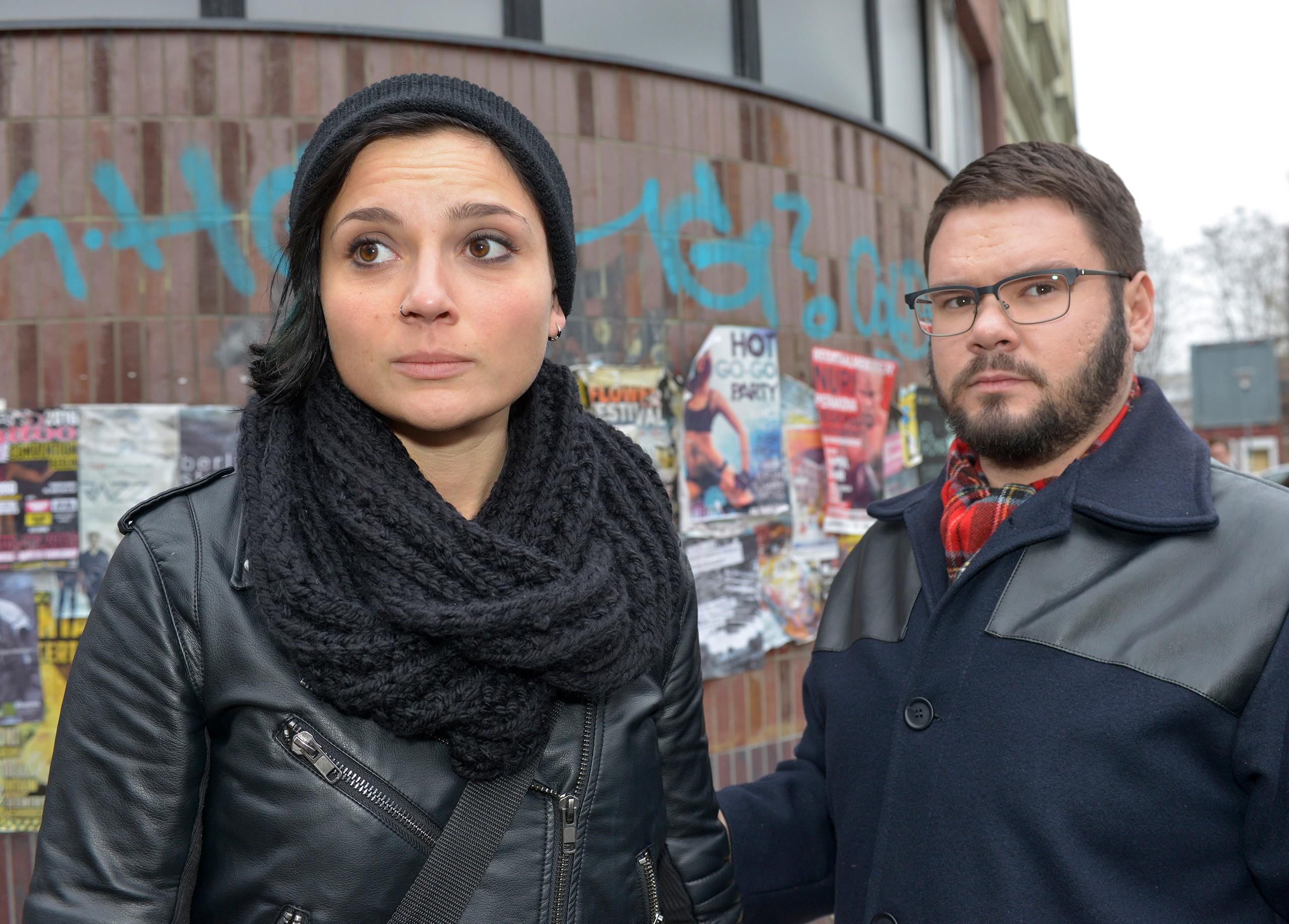 Anni (Linda Marlen Runge) und Tuner (Thomas Drechsel) hoffen, dass die Flucht von Jasmin und Katrin gelingt. (Quelle: RTL / Rolf Baumgartner)
