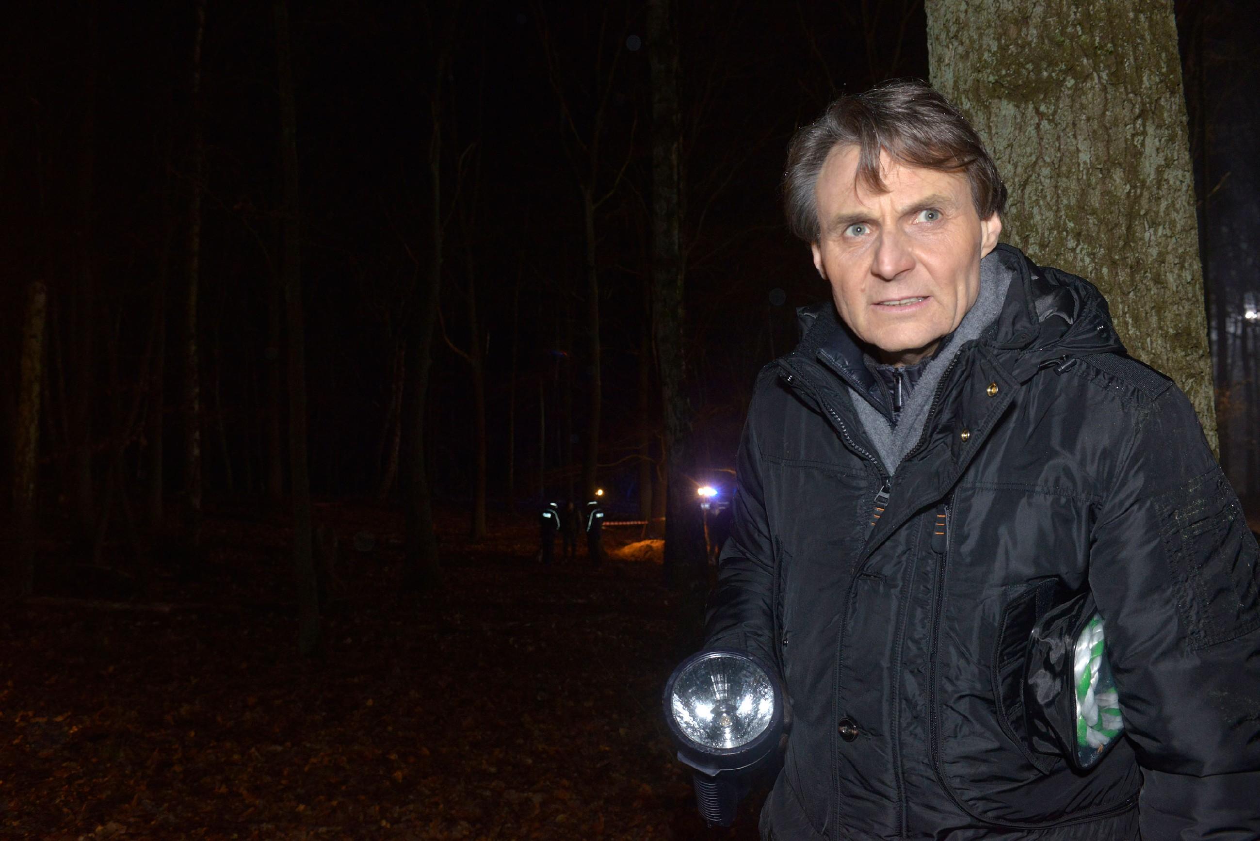 Gerner (Wolfgang Bahro) erkennt, dass die Polizei die Leiche gefunden hat... (Quelle: RTL / Rolf Baumgartner)