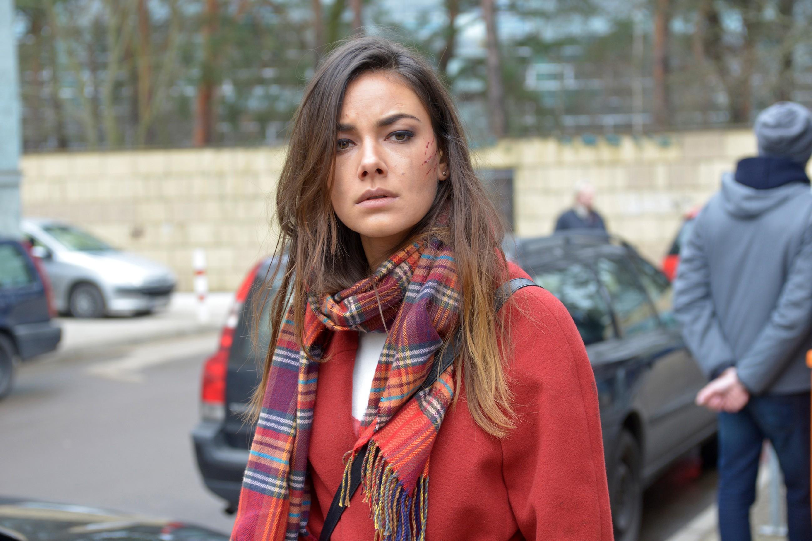 Ziellos irrt Jasmin (Janina Uhse) durch Berlin, weiß nicht mehr, was sie glauben und wem sie trauen kann. (Quelle: RTL / Rolf Baumgartner)