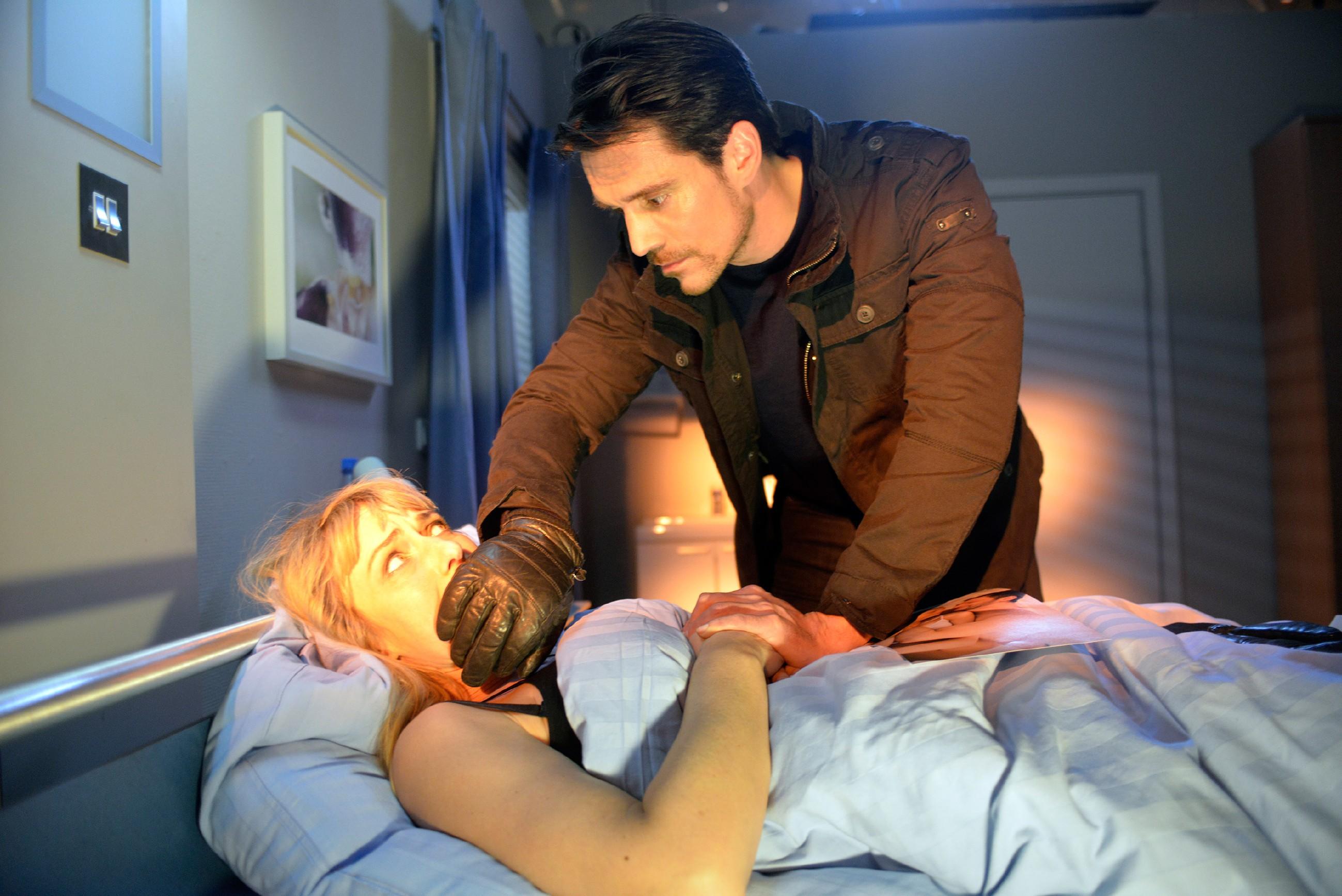 Maren (Eva Mona Rodekirchen) wird von David (Philipp Christopher) massiv unter Druck gesetzt... (Quelle: RTL / Rolf Baumgartner)