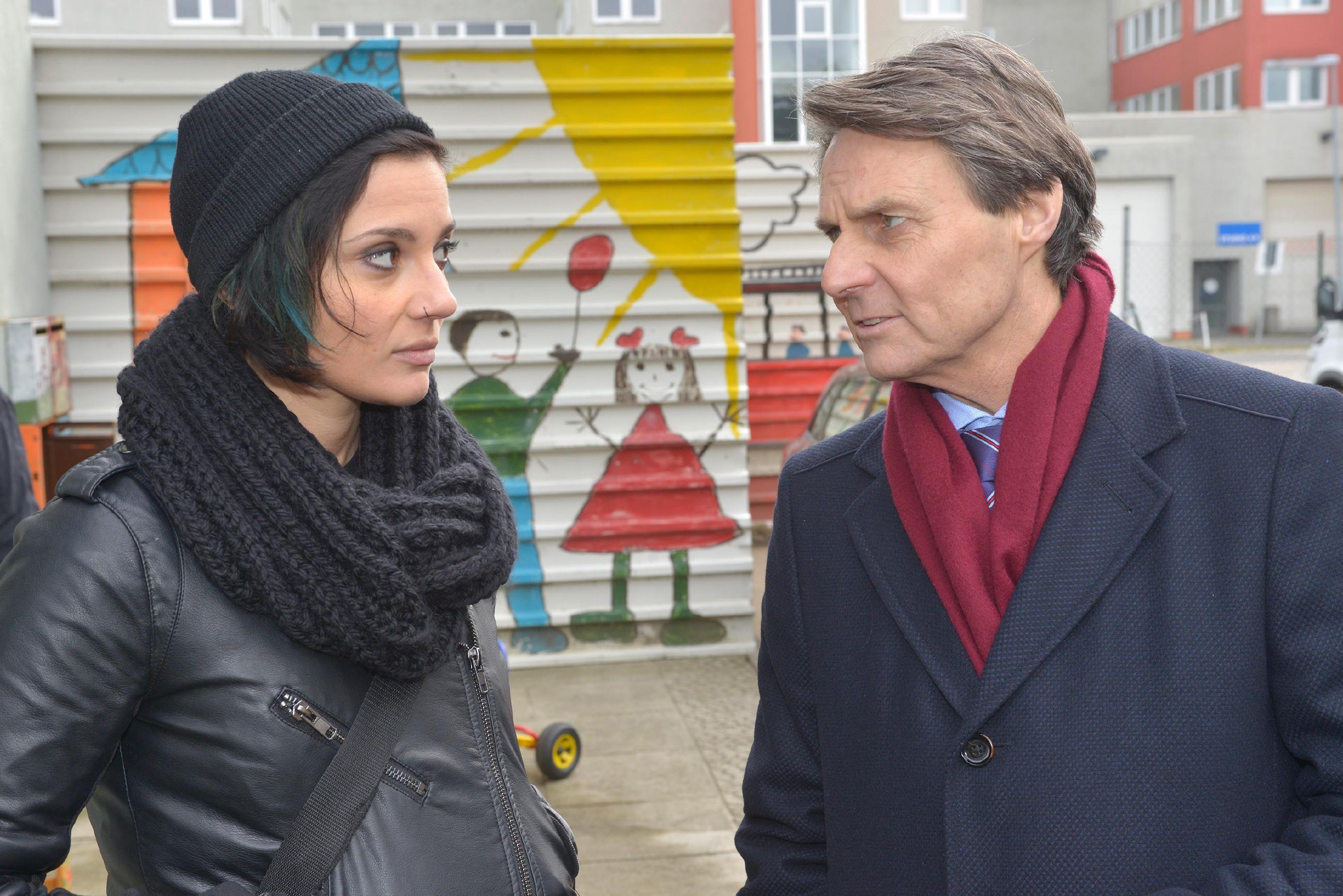 Anni (Linda Marlen Runge) und Jo Gearner (Wolfgang Bahro) sind ratlos, wie sie Jasmin helfen könnten. (Quelle: RTL / Rolf Baumgartner)