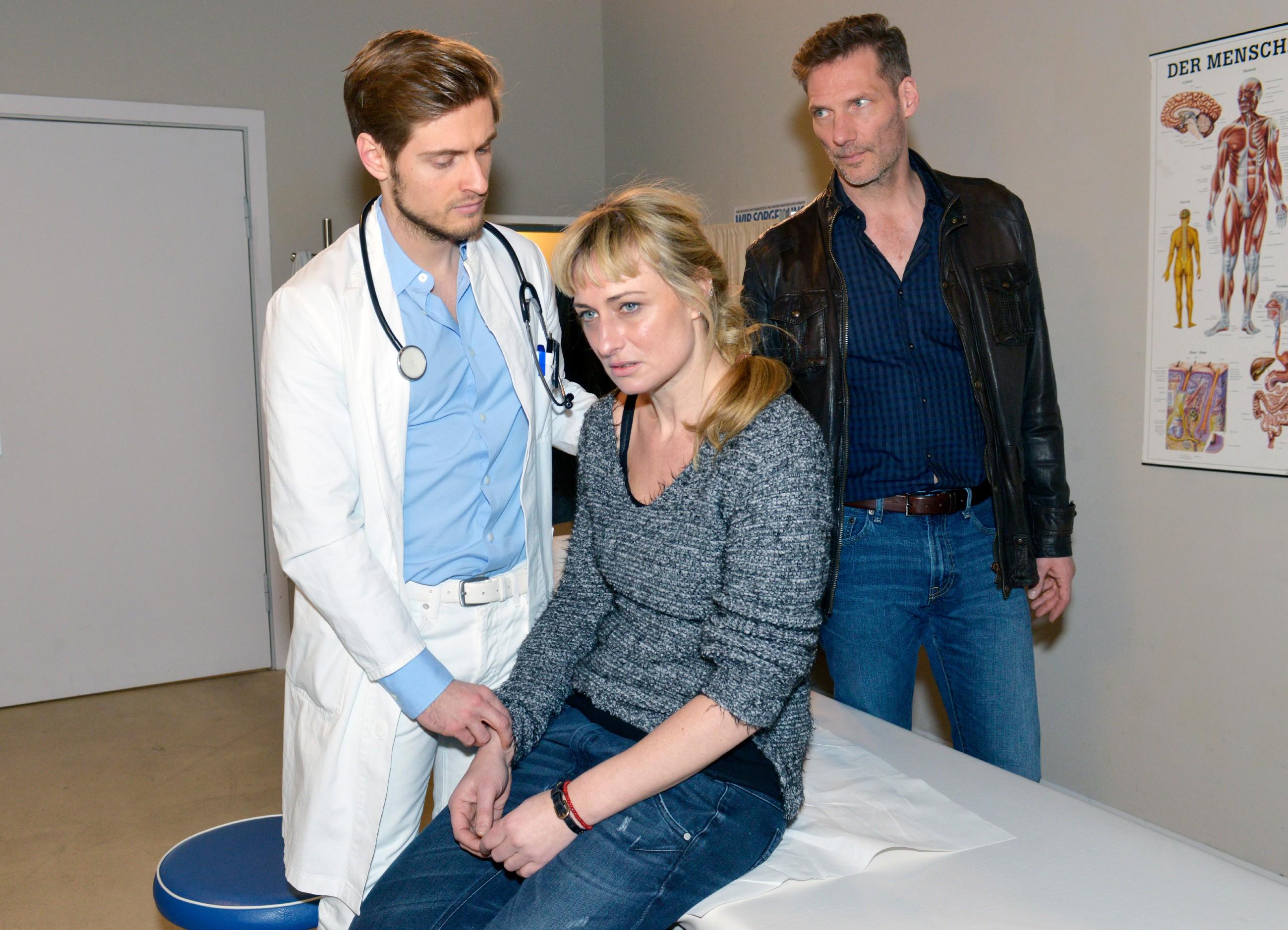 Maren (Eva Mona Rodekirchen) erklärt Philip (Jörn Schlönvoigt, l.) und Alexander (Clemens Löhr), dass sie sich nicht erinnern kann, was vor ihrem Erwachen in der U-Bahn passiert ist. (Quelle: RTL / Rolf Baumgartner)
