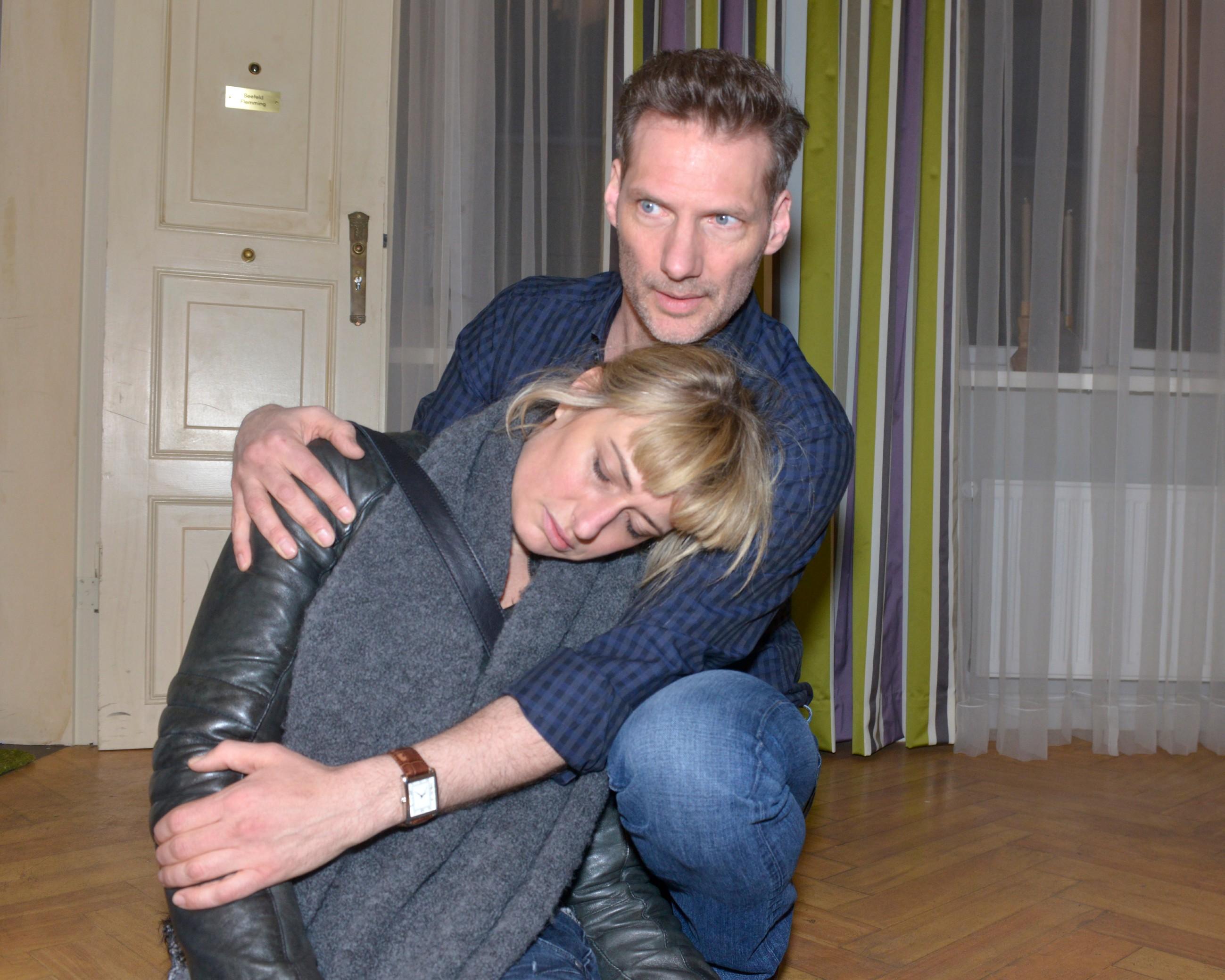 Maren (Eva Mona Rodekirchen) bricht entkräftet in Alexanders (Clemens Löhr) Armen zusammen. (Quelle: RTL / Rolf Baumgartner)