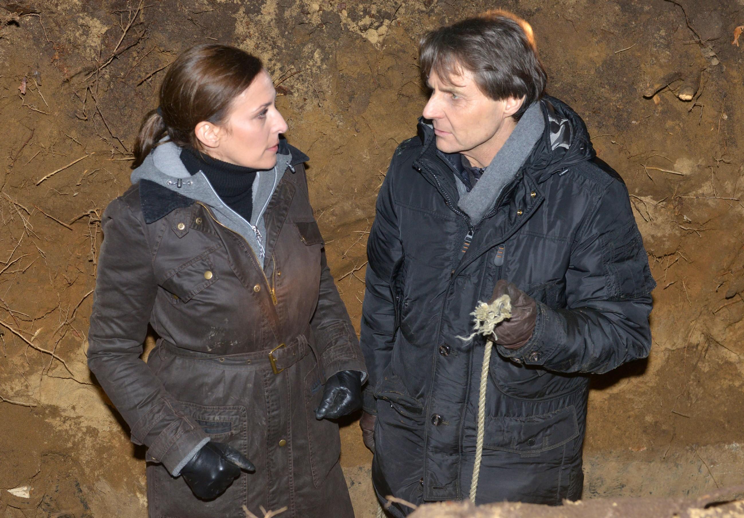 Katrin (Ulrike Frank) und Gerner (Wolfgang Bahro) suchen vergeblich nach der Leiche. (Quelle: RTL / Rolf Baumgartner)