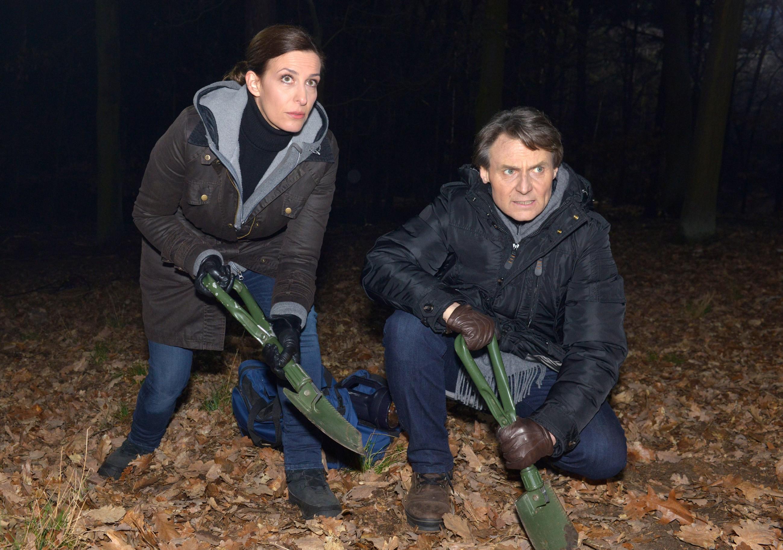 Katrin (Ulrike Frank) und Gerner (Wolfgang Bahro) sitzt die Angst im Nacken, bei der Suche nach der Leiche entdeckt zu werden... (Quelle: RTL / Rolf Baumgartner)