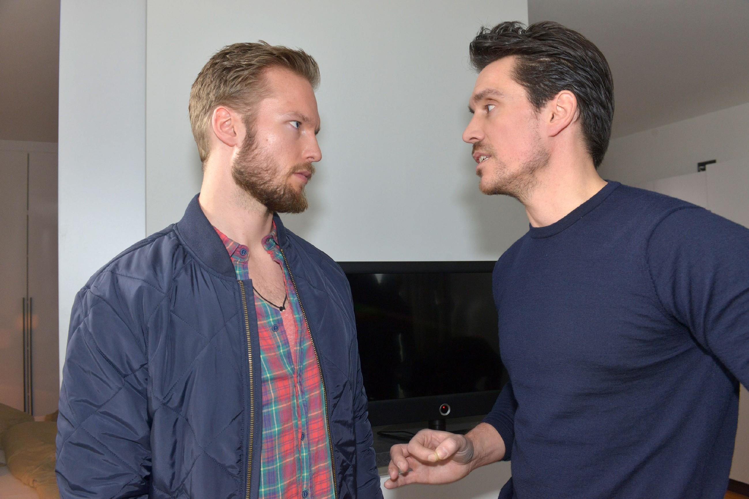 Tommy (Marc Bluhm, l.) und David (Philipp Christopher) sind entschlossen, Marens Geständnis zu verhindern. (Quelle: RTL / Rolf Baumgartner)