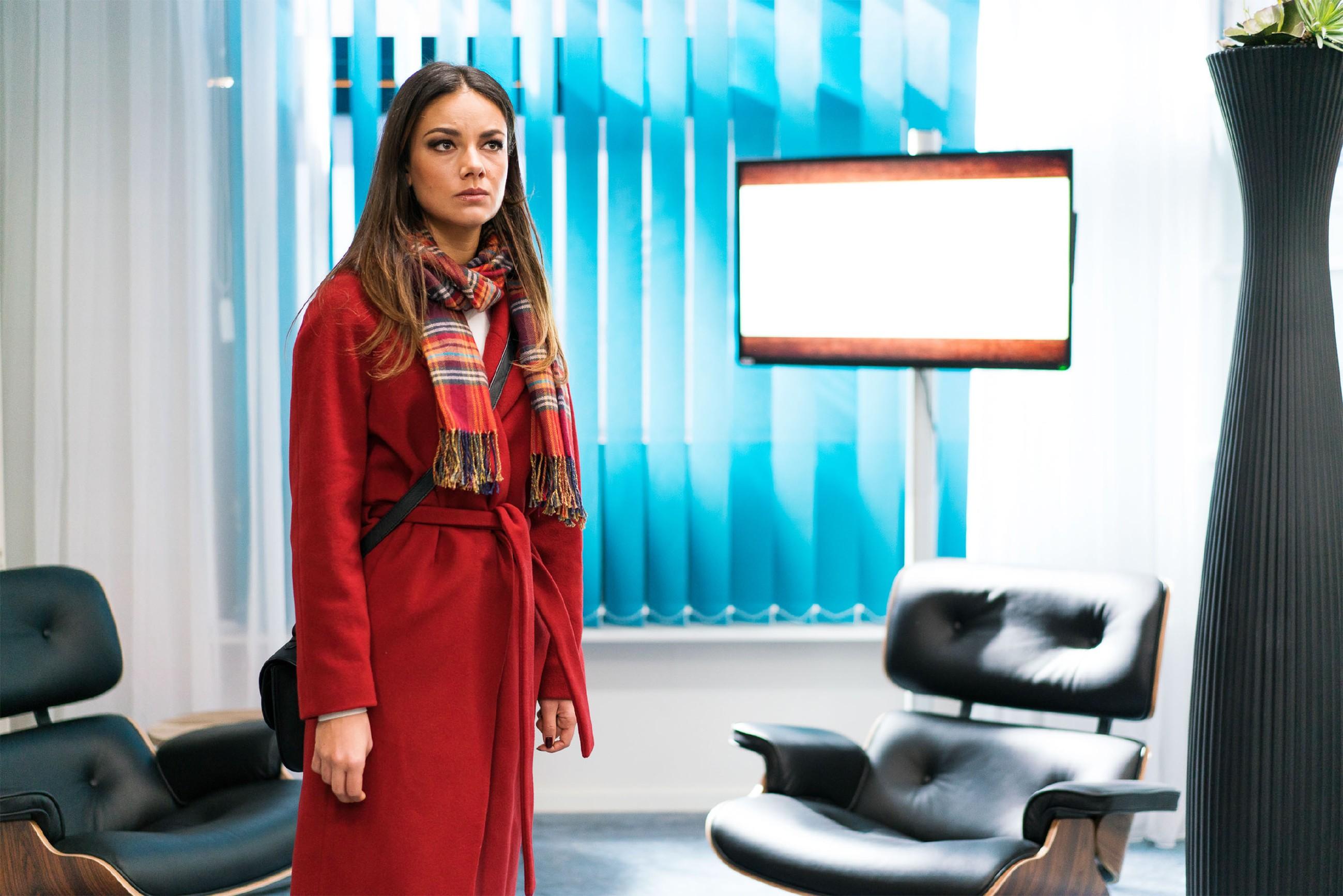 Jasmin (Janina Uhse) ist fassungslos: Alles sieht so aus, als sei ihre Mutter in den Mord von Frederic Riefflin verwickelt... (Quelle: RTL / Sebastian Geyer)