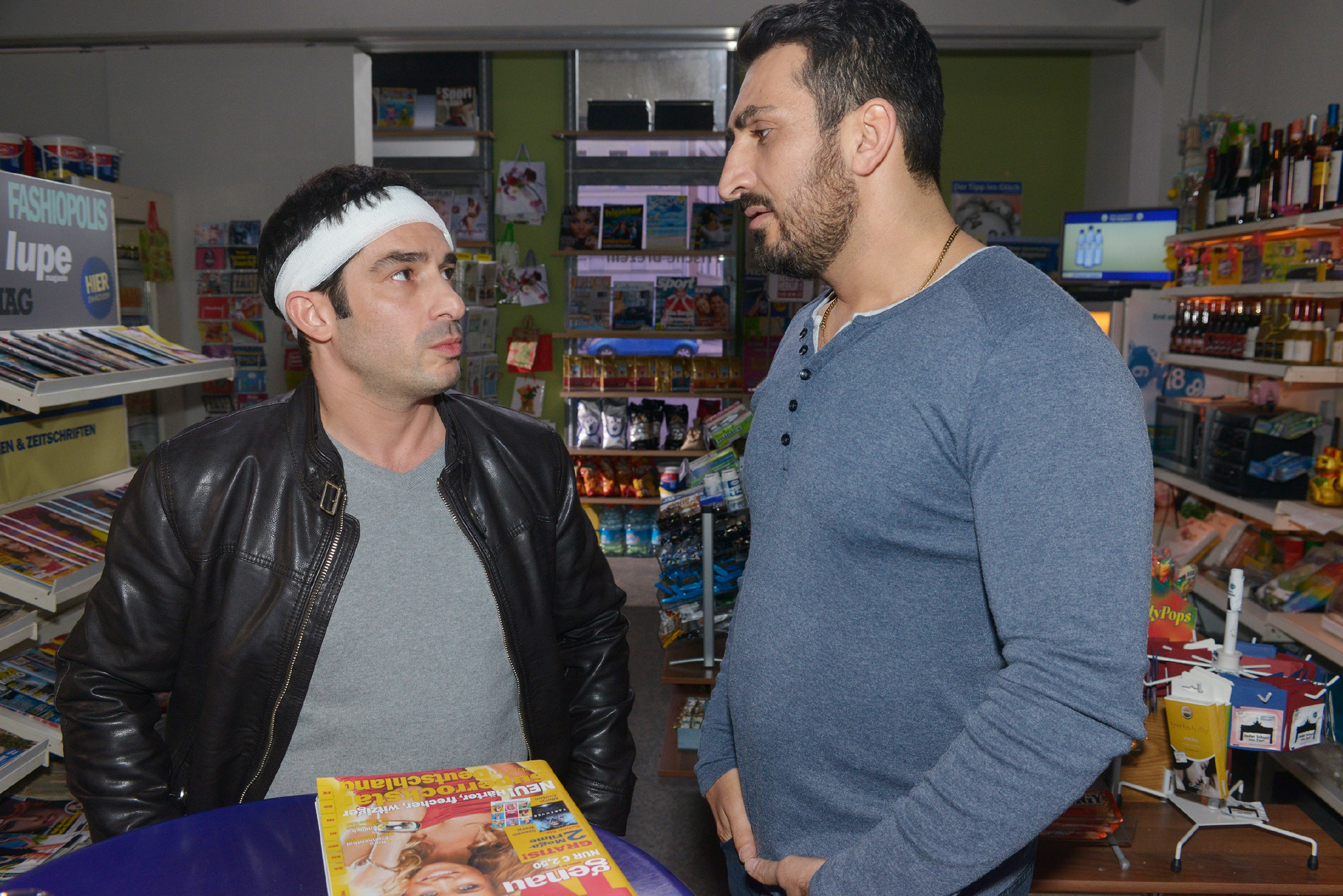Mesut (Mustafa Alin, r.) begreift endlich, dass Tayfun (Tayfun Baydar) ein ernstes gesundheitliches Problem hat und will ihm helfen. (Quelle: RTL / Rolf Baumgartner)