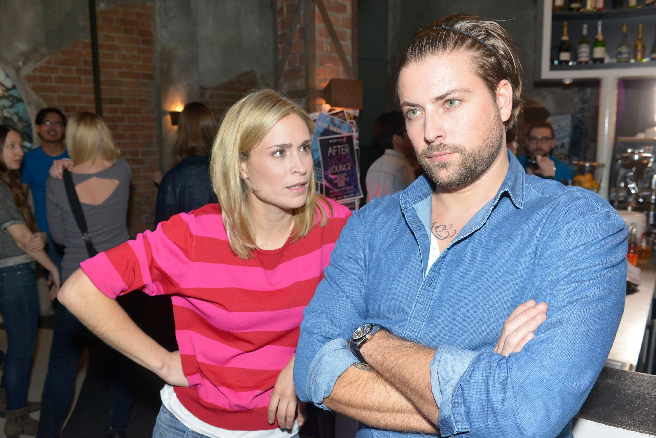 Sophie (Lea Marlen Woitack) versteht Johns (Felix von Jascheroff) stures Verhalten Elena gegenüber überhaupt nicht. (Quelle: RTL / Rolf Baumgartner)