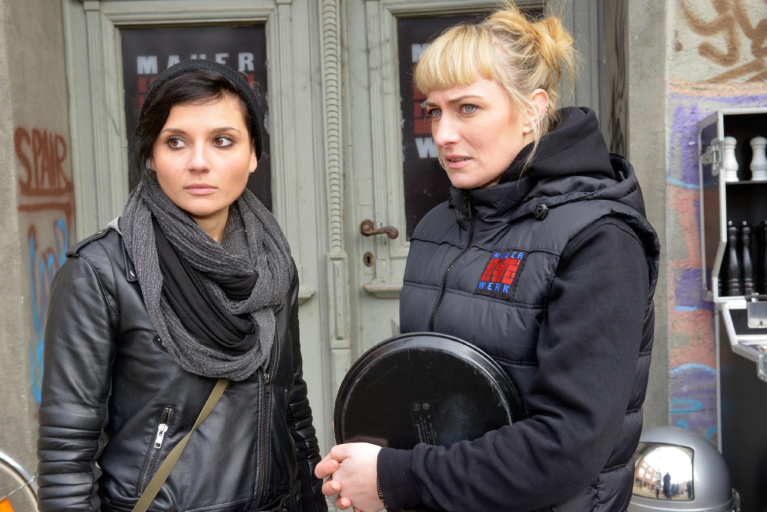 Anni (Linda Marlen Runge, l.) und Maren (Eva Mona Rodekirchen) erkennen alarmiert, welche Gefahr von David ausgeht. (Quelle: RTL / Rolf Baumgartner)